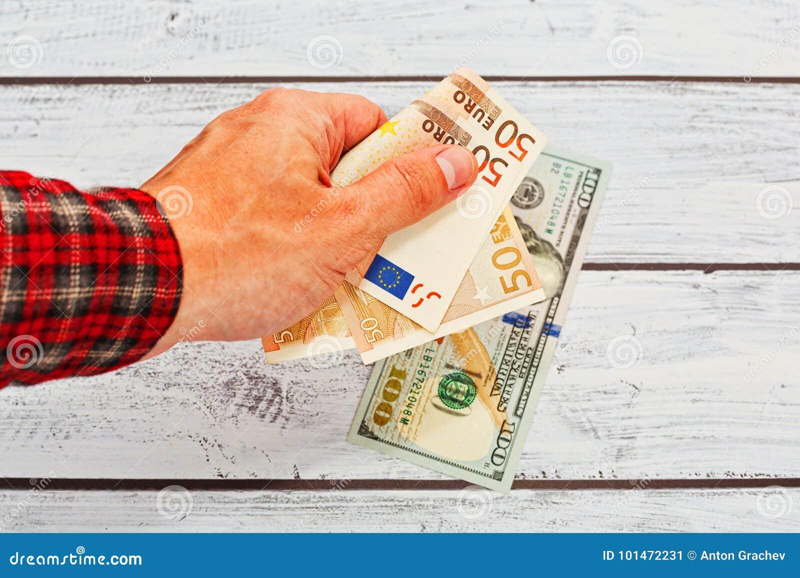 Euro d échange de personne masculine aux dollars US