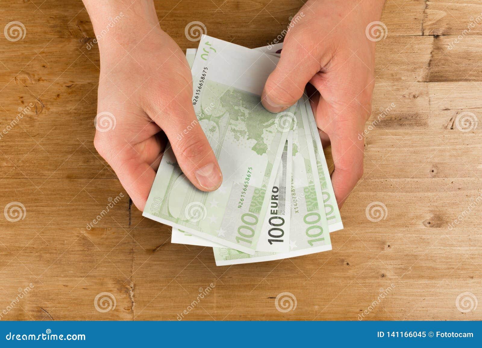 Euro de compte d homme sur la table en bois