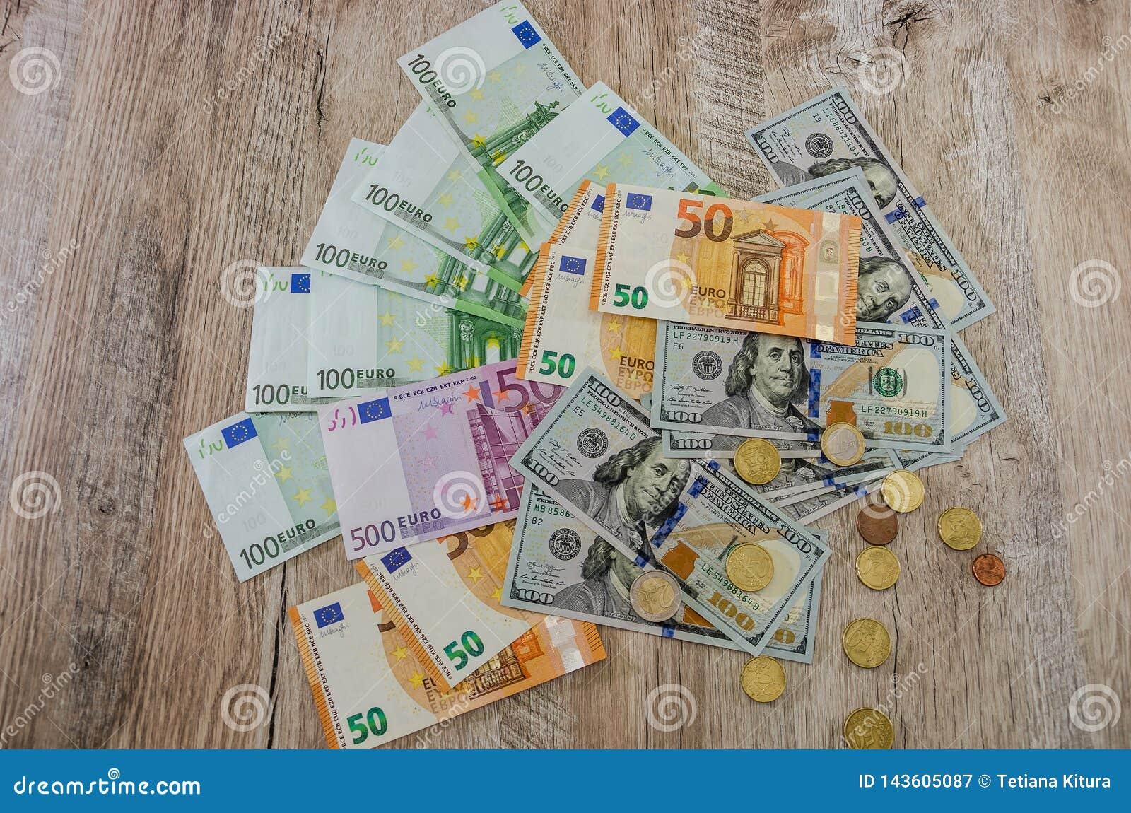 Euro, dolary, centy rozprzestrzenia za drewnianym tle dalej