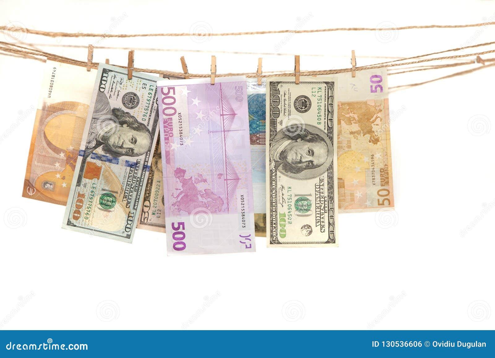 Euro en dolar bankbiljetten die op een kabel met wasknijper hangen