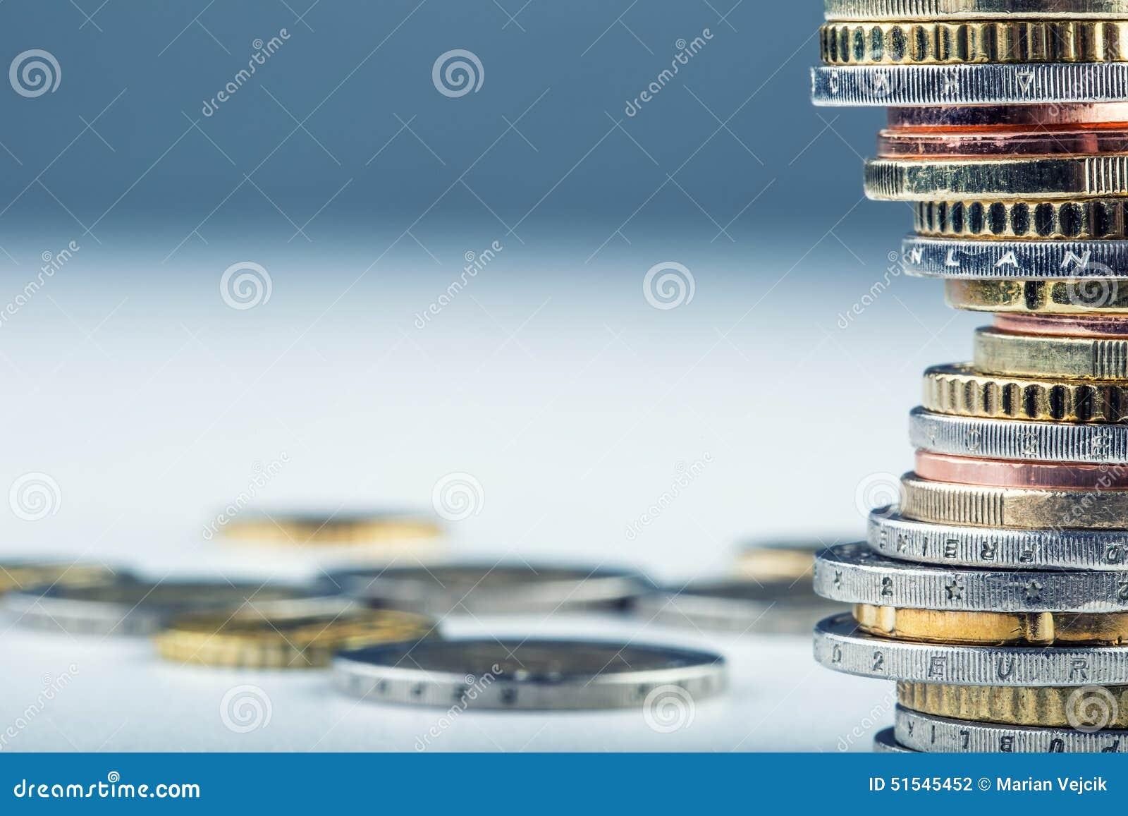 Euro- moedas Euro- dinheiro Euro- moeda Moedas empilhadas em se em posições diferentes