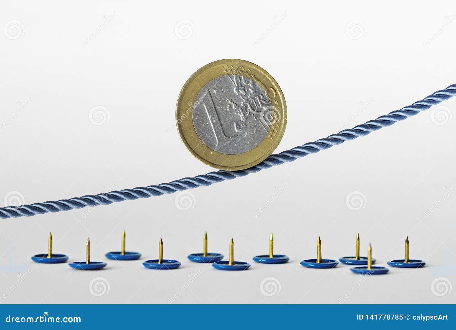 Euro moneta sulla corda sopra i perni di spinta - concetto della tendenza al rialzo di euro valuta e di euro rischio di valuta