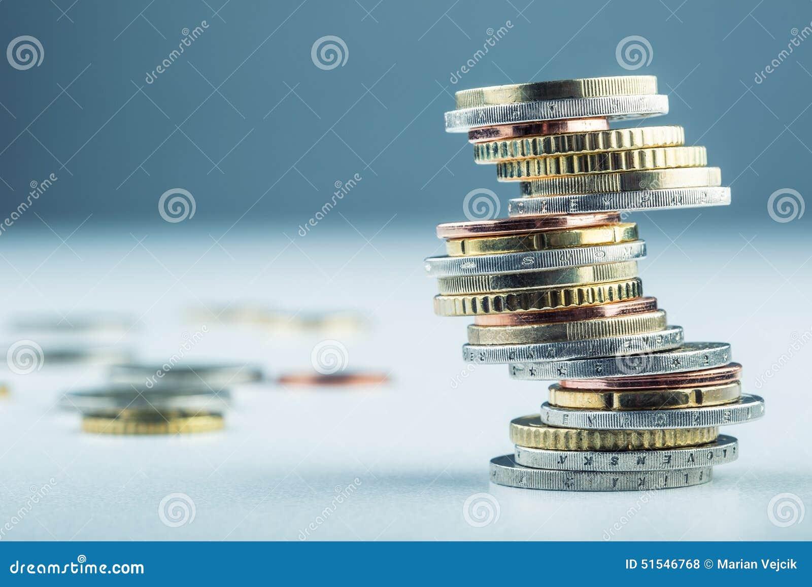 Euro monete Euro soldi Euro valuta Monete impilate su a vicenda nelle posizioni differenti