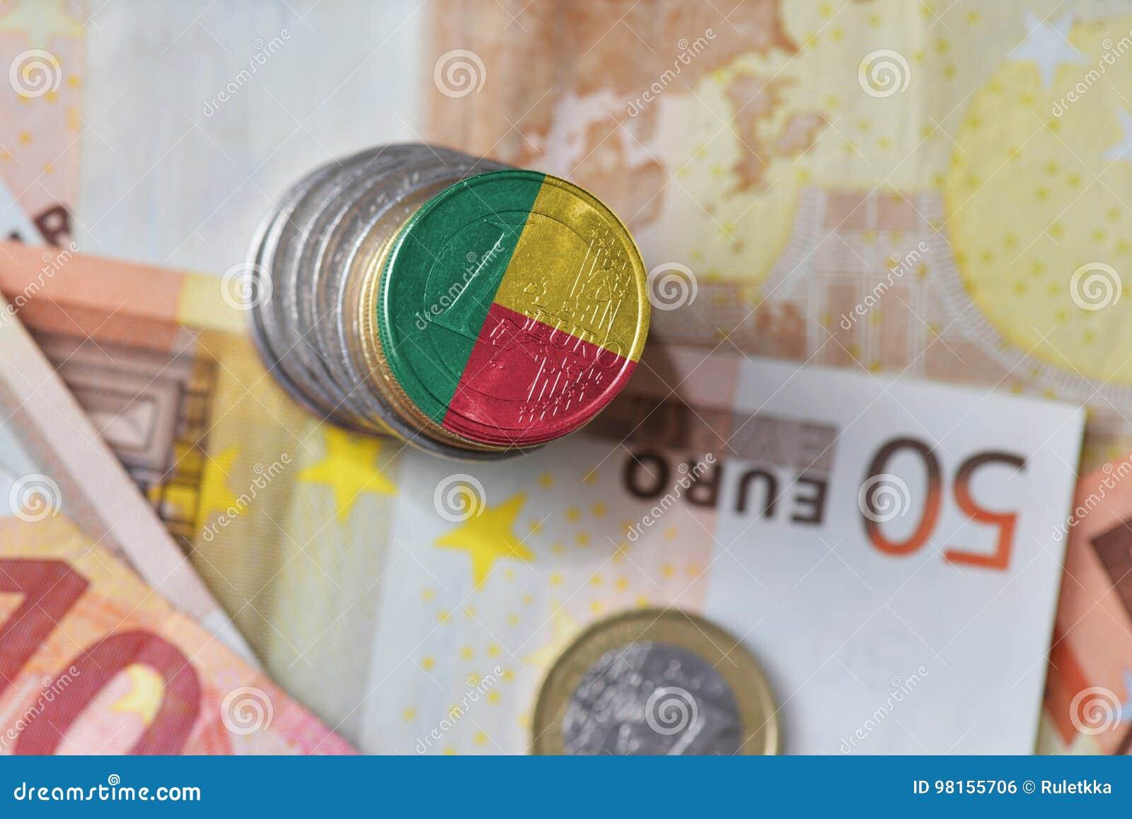 Euro muntstuk met nationale vlag van benin op de euro achtergrond van geldbankbiljetten