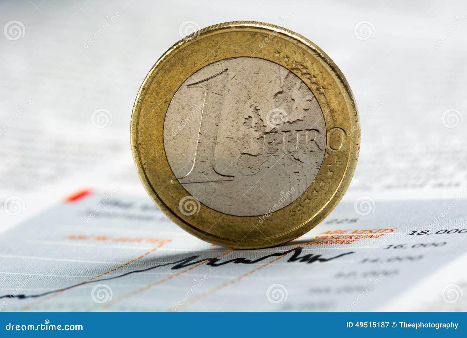 Euro pièce de monnaie sur le graphique de journal - image courante