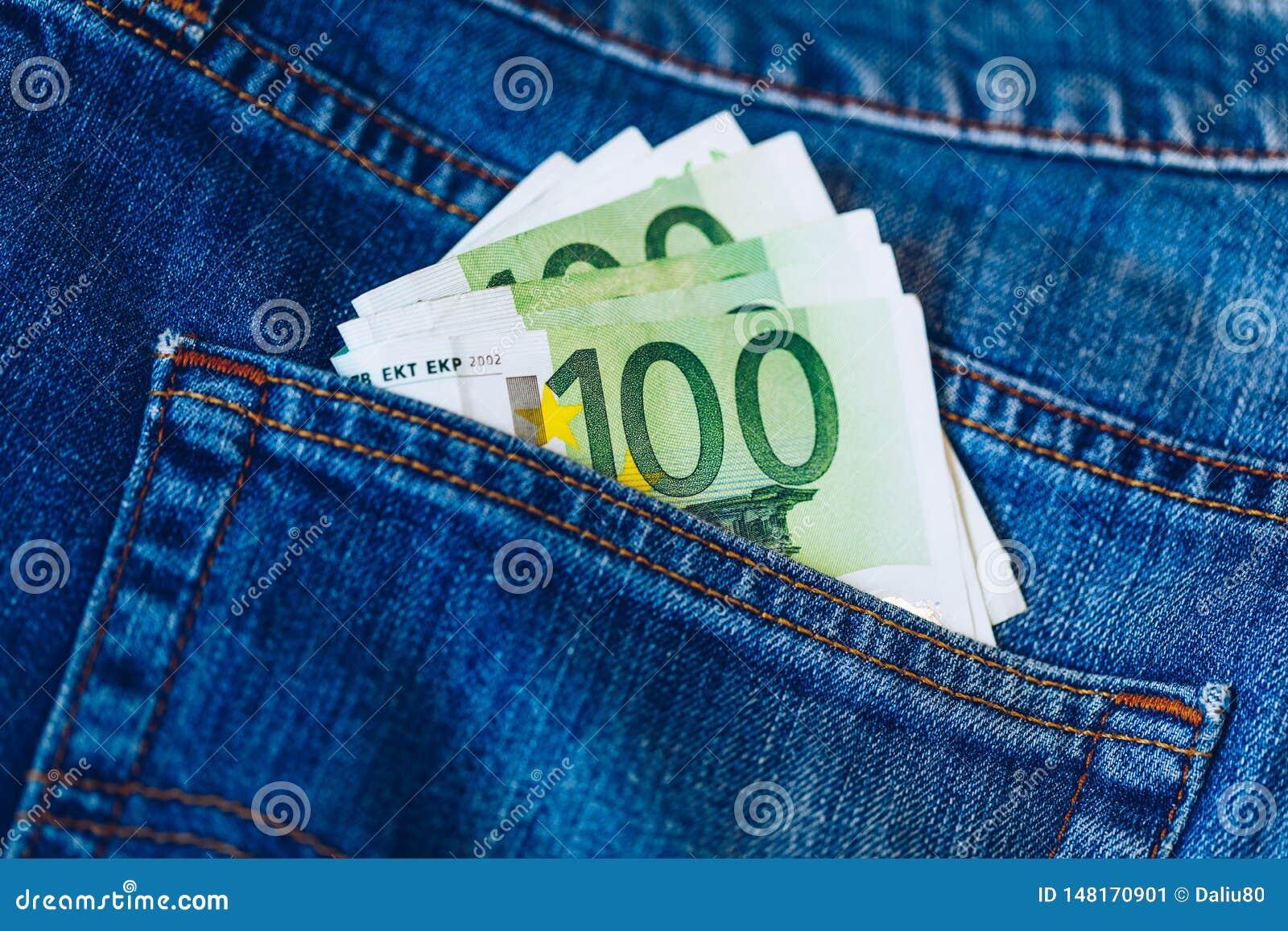 Euro rachunki w cajgu kieszeniowym tle Euro banknoty w cajgach popieraj? kiesze? Poj?cie bogaci ludzie, oszcz?dzanie lub wydawa?