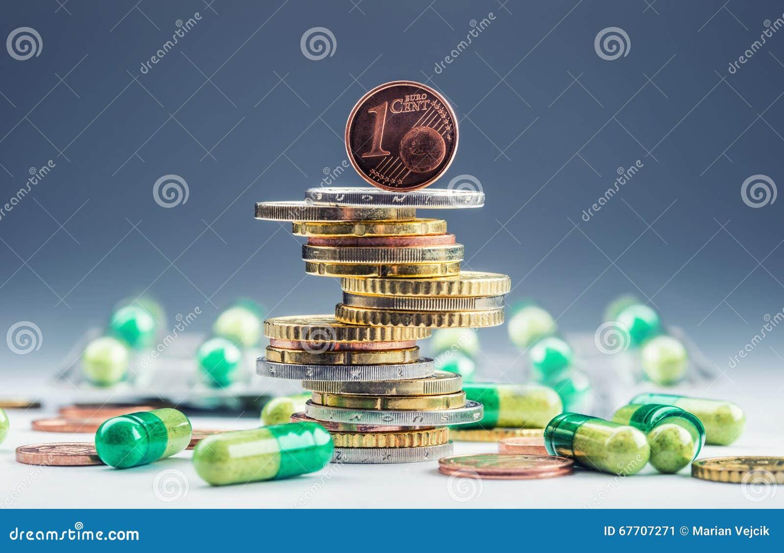 Euro soldi e medicinali Euro monete e pillole Monete impilate su a vicenda nelle posizioni differenti e liberamente in pillole in