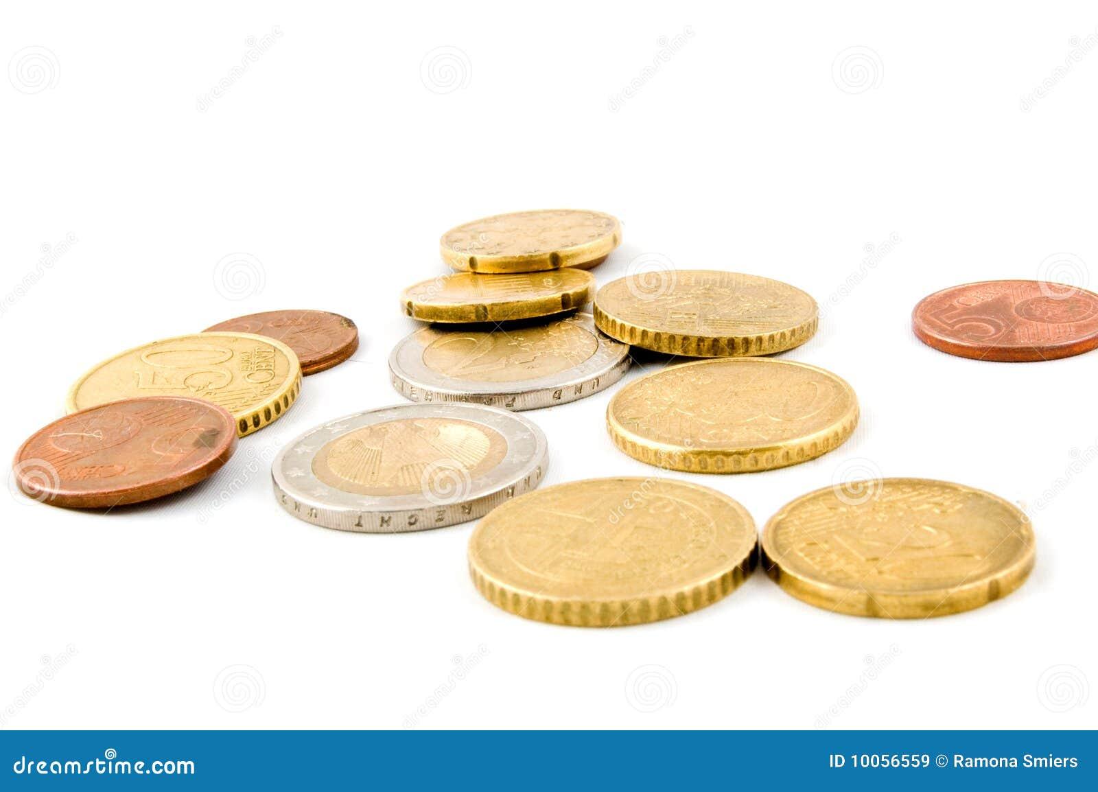 Eurocoins pequenos no fundo branco