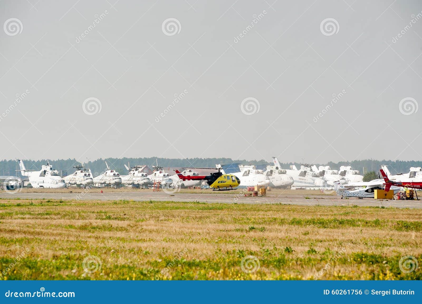 Elicottero 350 : Eurocopter as 350 sopra i vecchi elicotteri mi 26 fotografia