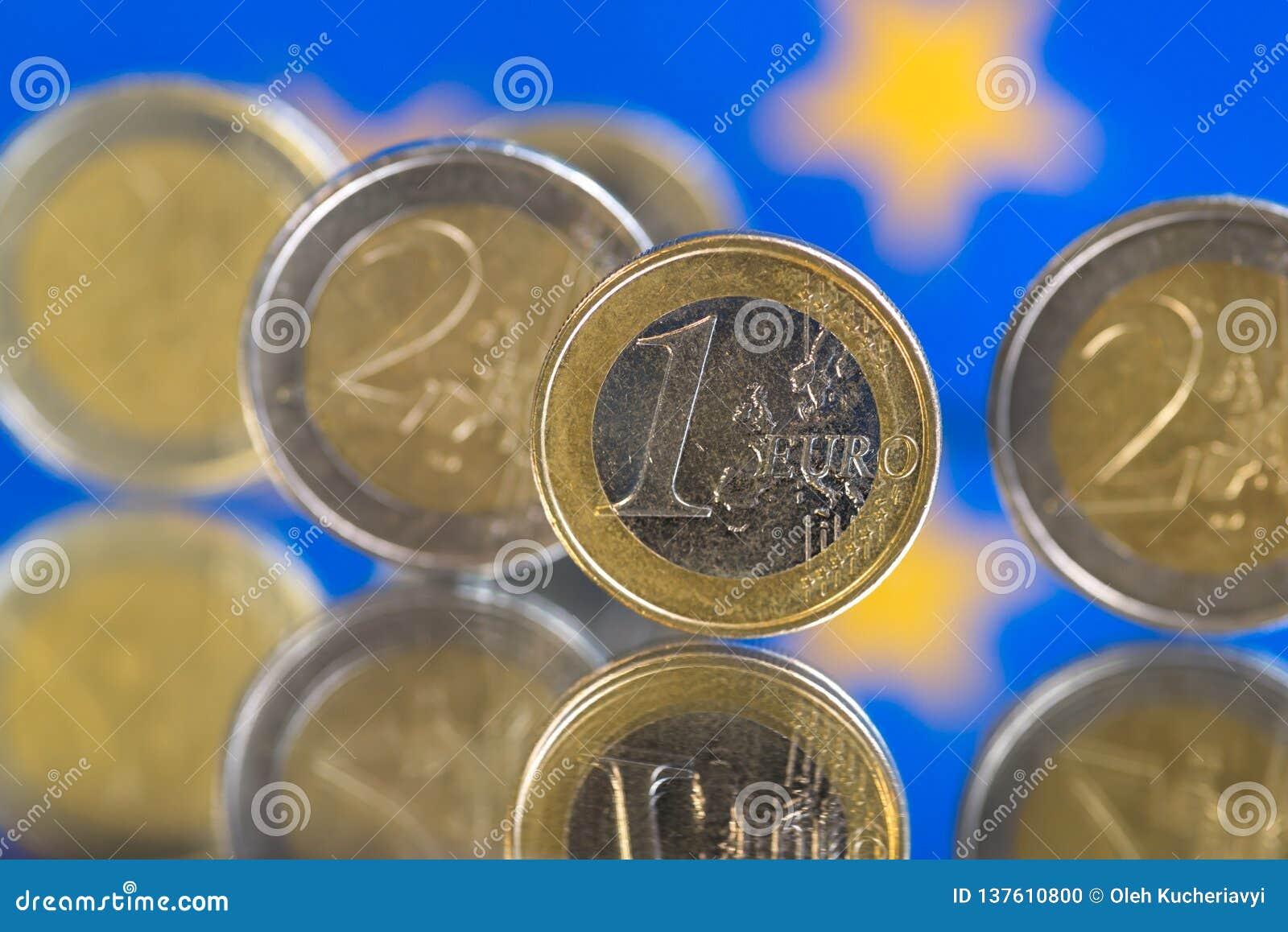Euromynt på en blå bakgrund