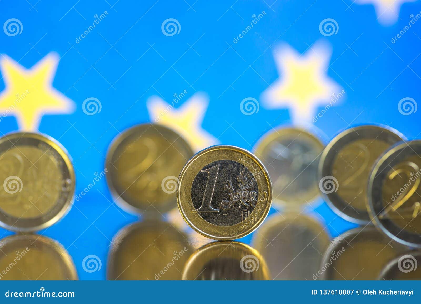Euromynt p? en bl? bakgrund