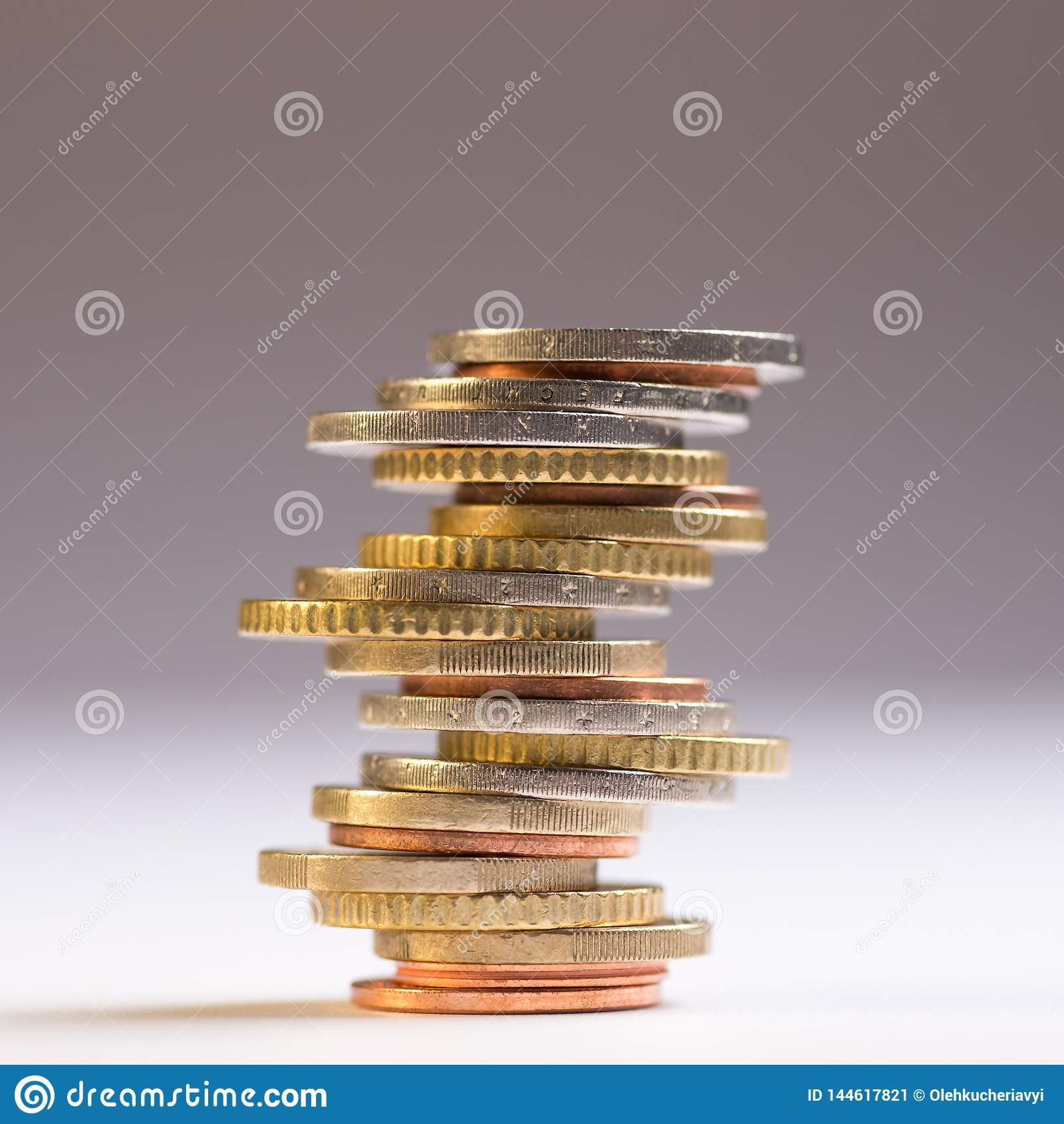 Euromynt som staplas p? de i olika positioner