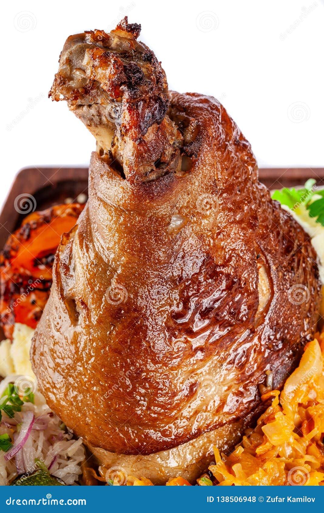 Europäische, tschechische Küche Schweinefleischknöchel auf einem hölzernen Brett mit Kartoffelpürees, gedämpfter Kohl, gegrilltes