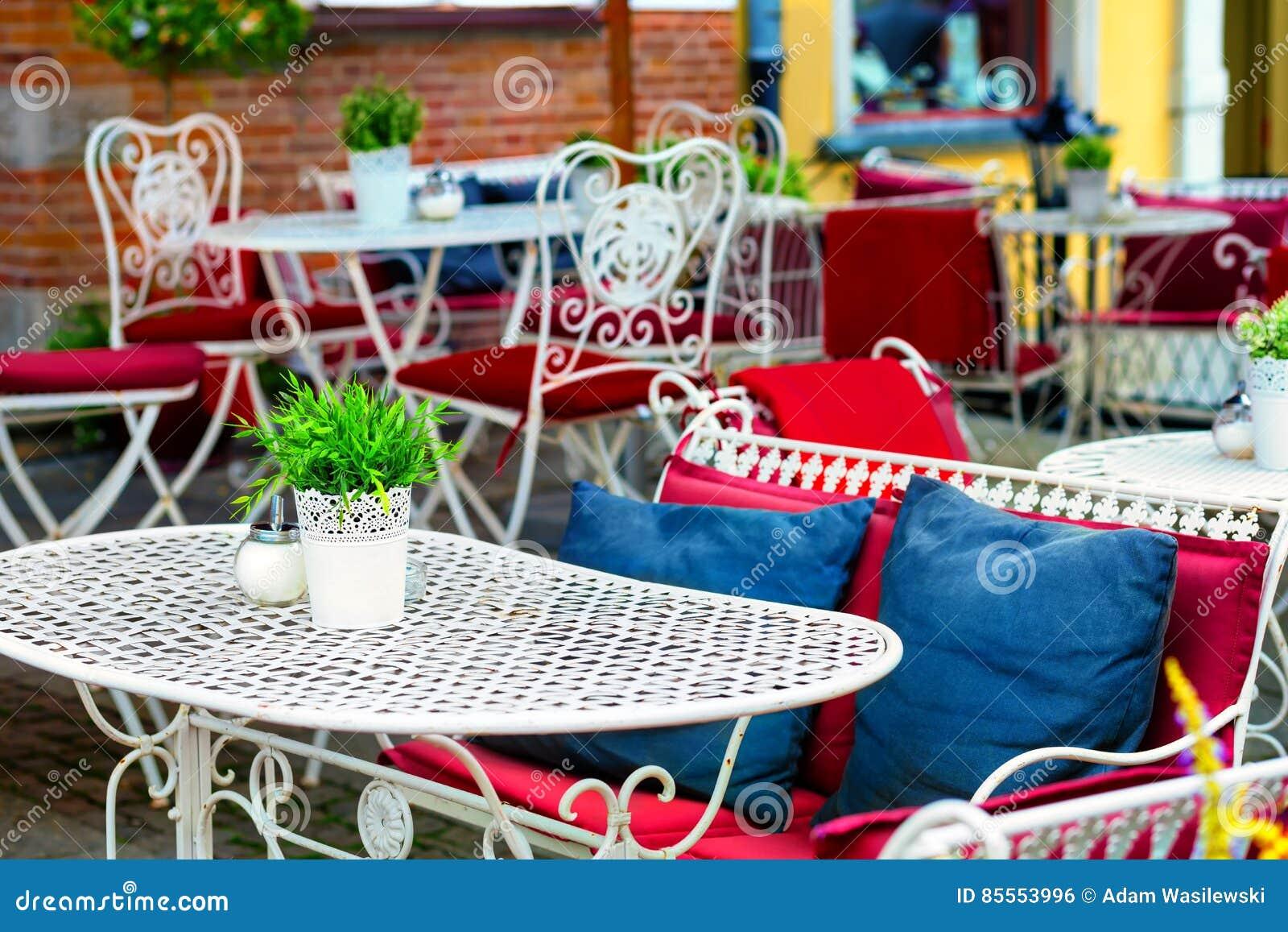Europäisches Restaurant - Tabellen und Fantasiestühle