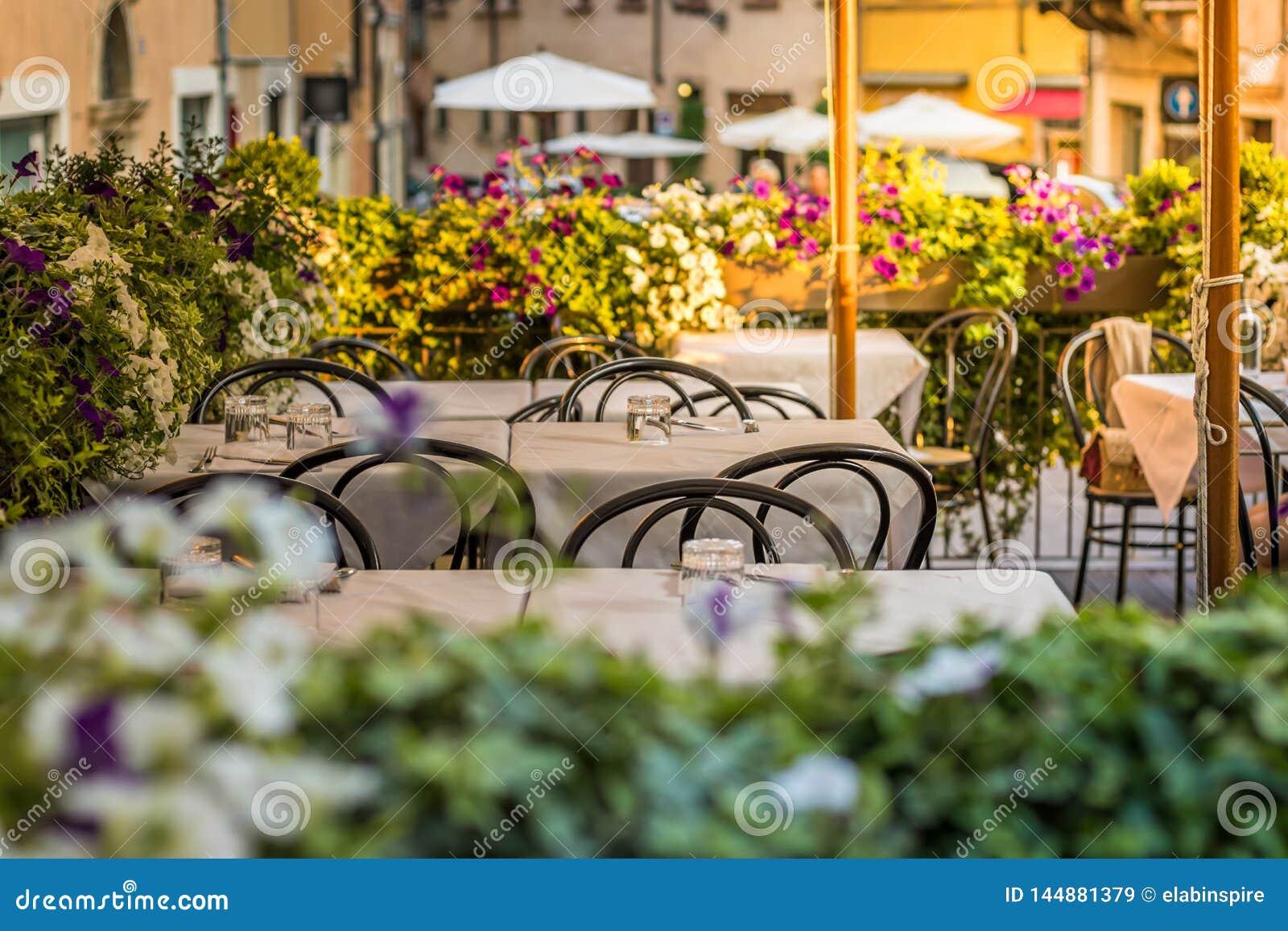 Europäisches Straßenrestaurant oder -café Tabellen mit weißen Tischdecken draußen