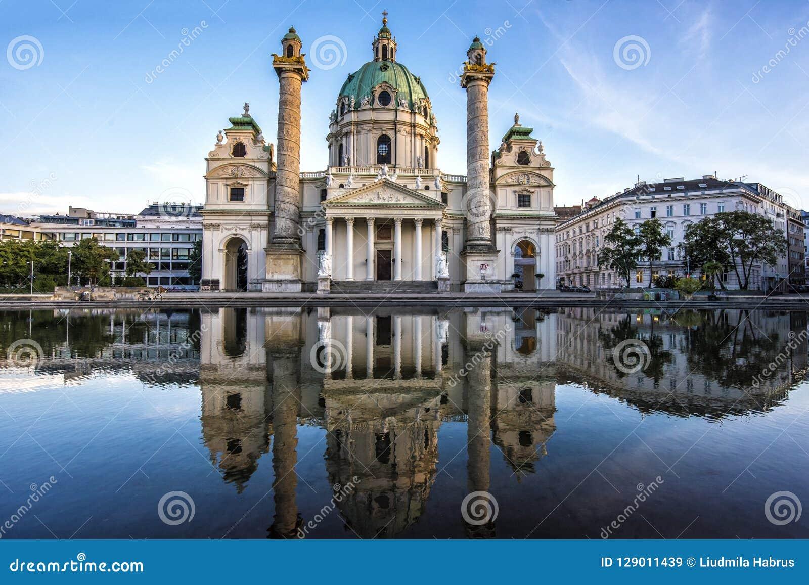 Europa Áustria Igreja de Karlskirche em Viena na noite no por do sol