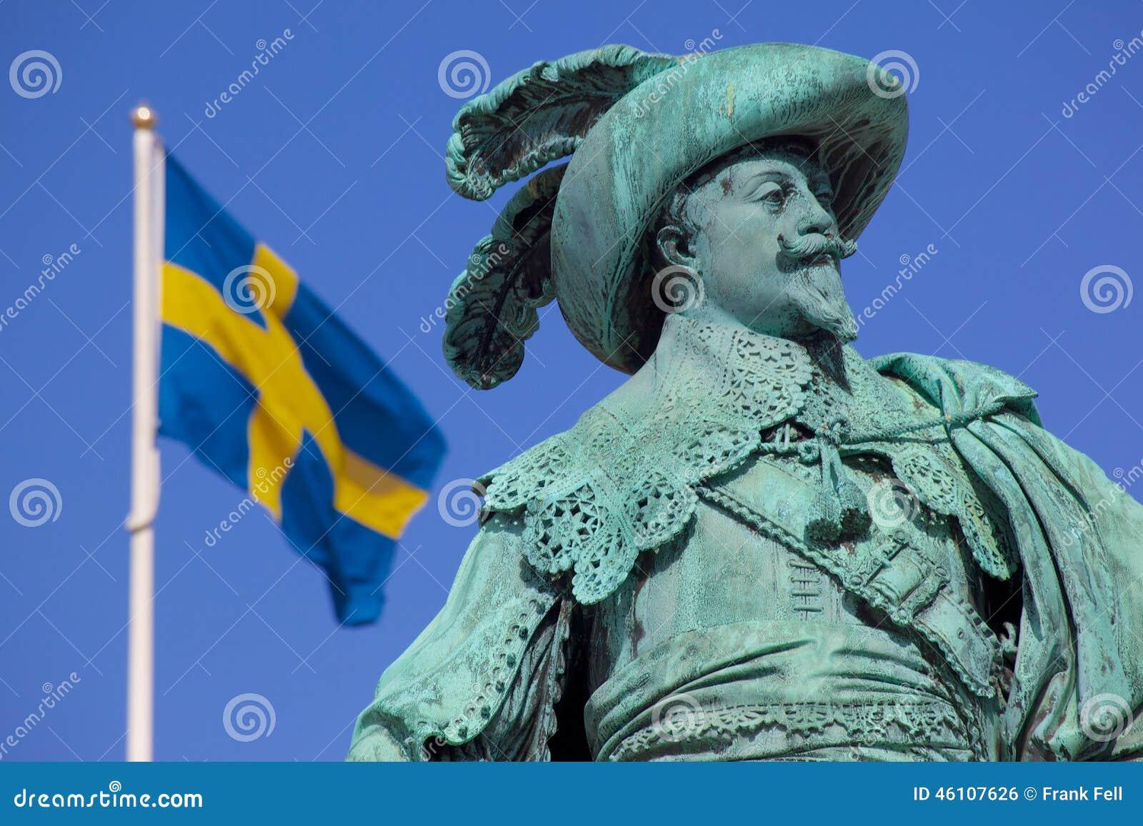 Europa, Escandinavia, Suecia, Goteburgo, Gustav Adolfs Torg, estatua de bronce del fundador Gustav Adolf de la ciudad en la oscur