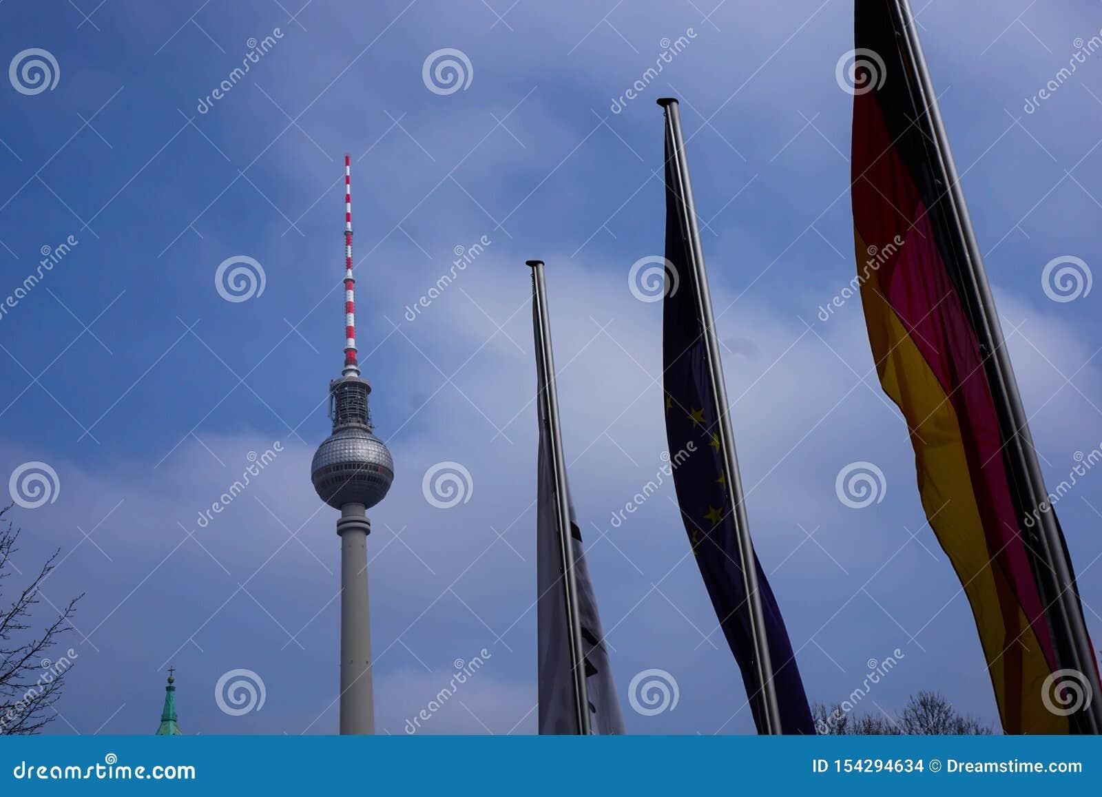 Europa Flaggen del mit de Fernsehturm del berlinés