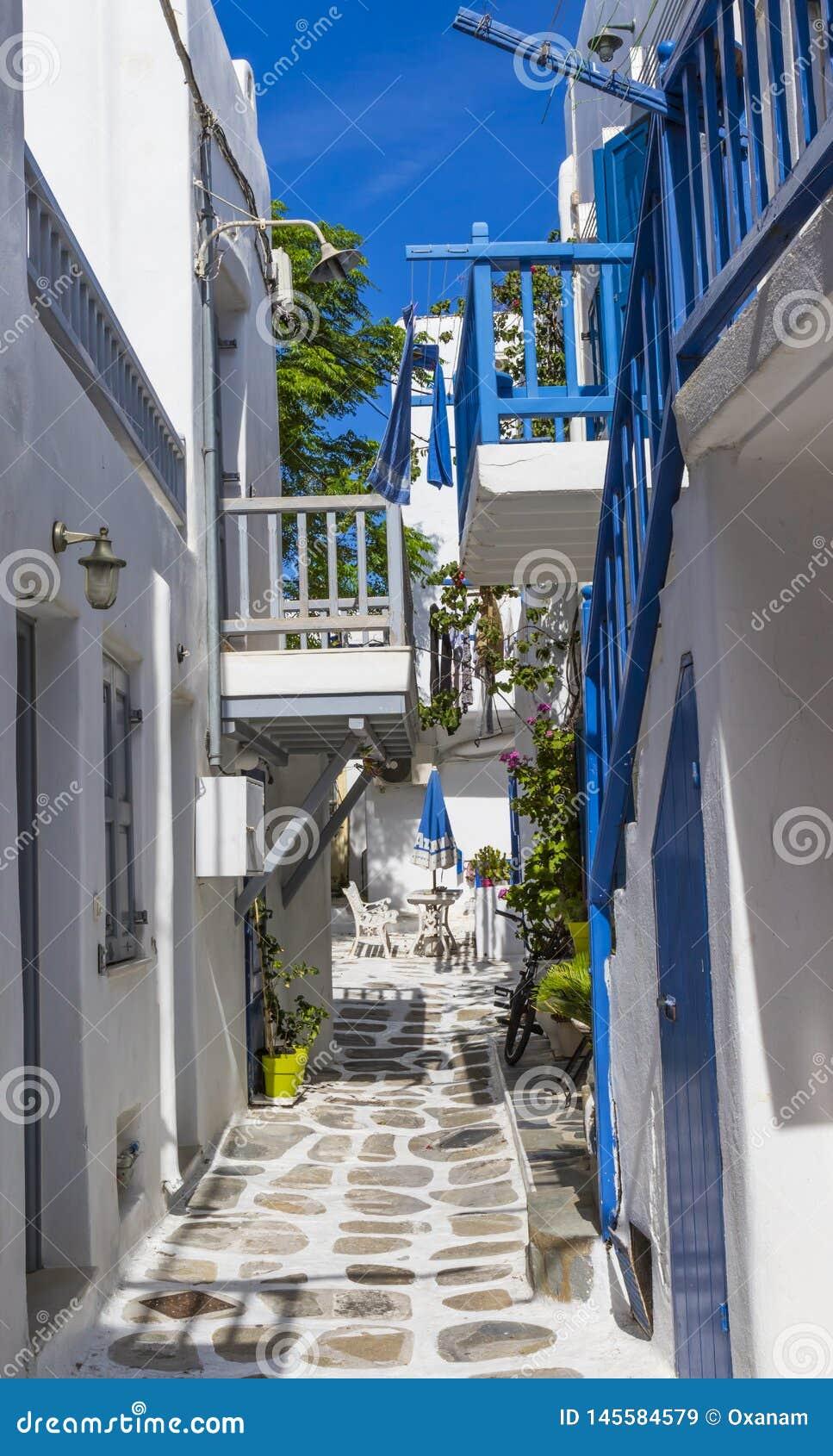 Europa Grecia cyclades Isla de Mykonos Un patio en la calle estrecha tradicional con la puerta, ventana y balc?n y blanco azules