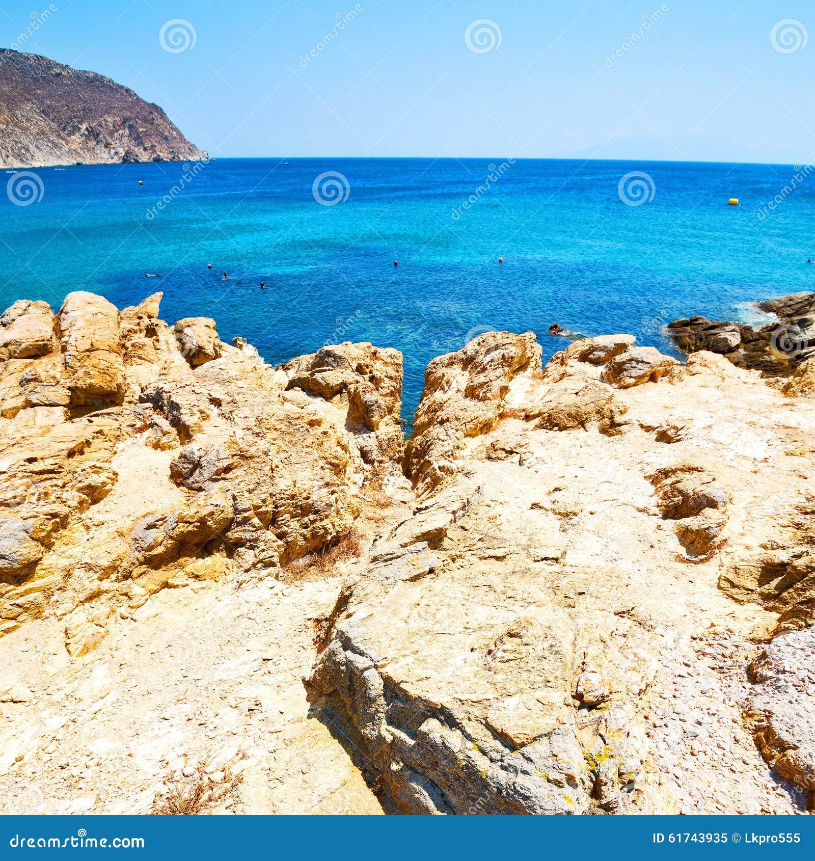 In Europa Griekenland het de rotsoverzees en het strand blauwe sk van het mykonoseiland