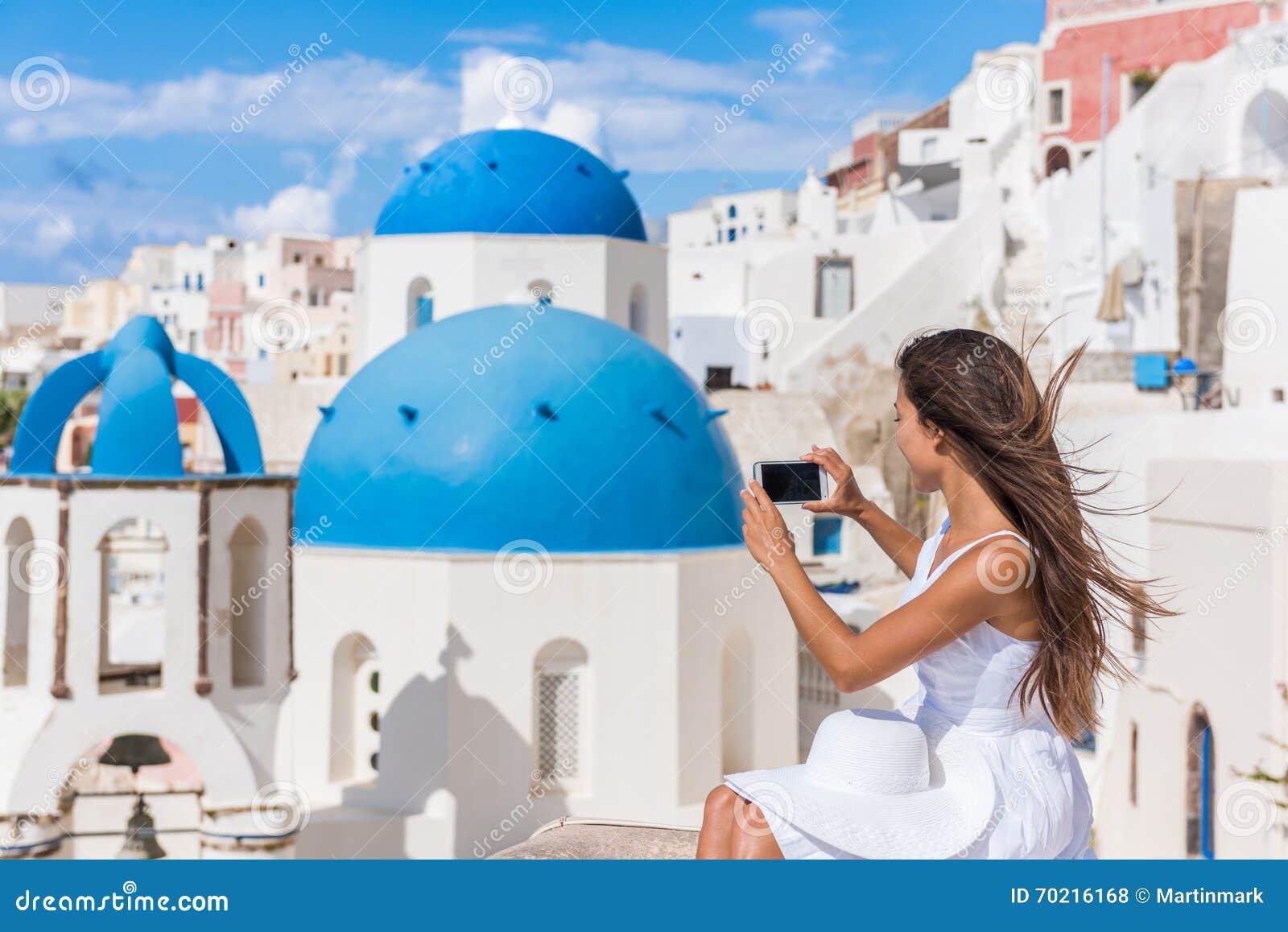 Europa loppkvinna som tar fototelefonen Santorini