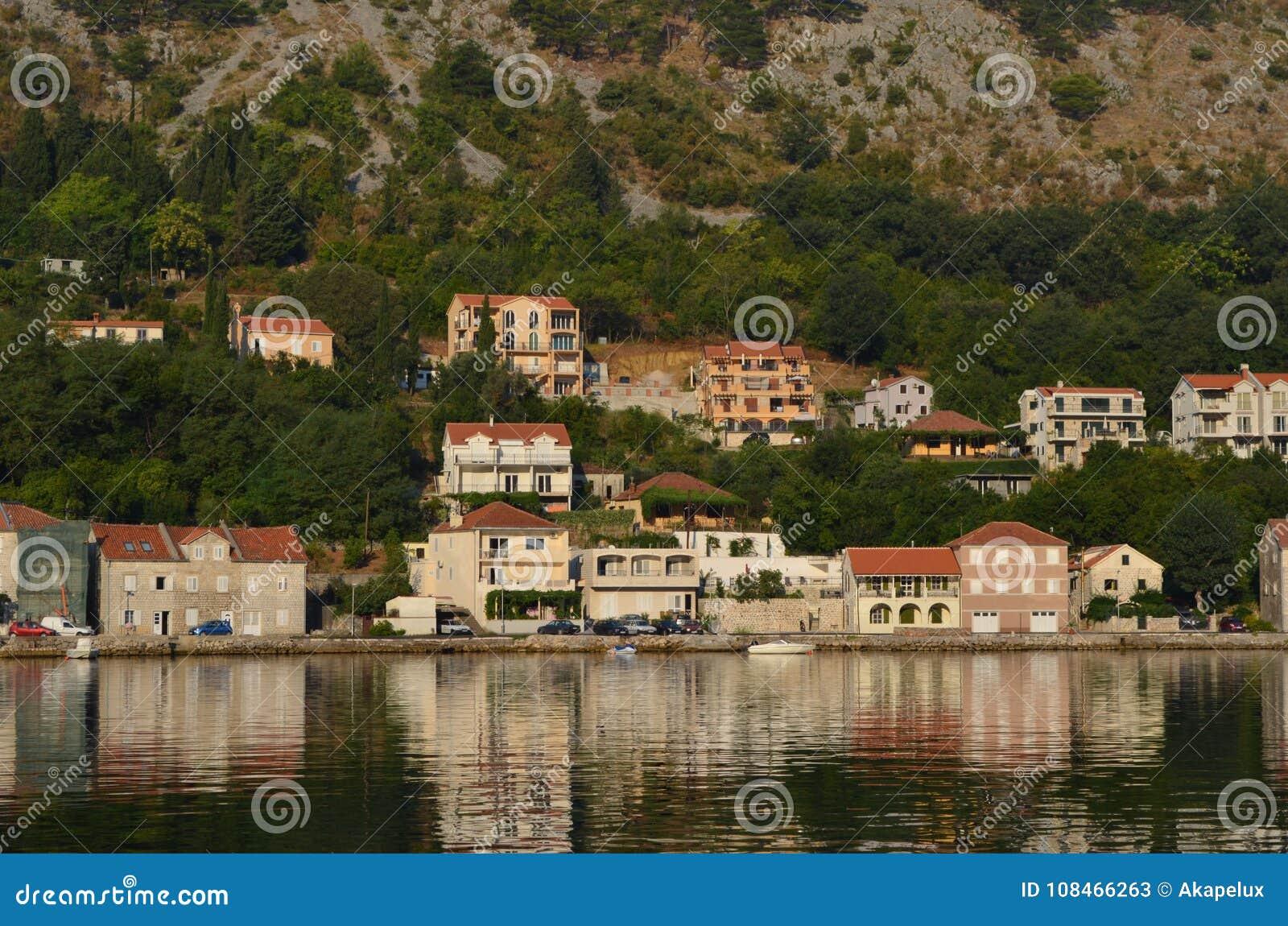 Europa Mediterraan gebied ADRIATISCHE OVERZEES Kroatië Toeristische stad dichtbij de waterherfst van 2012