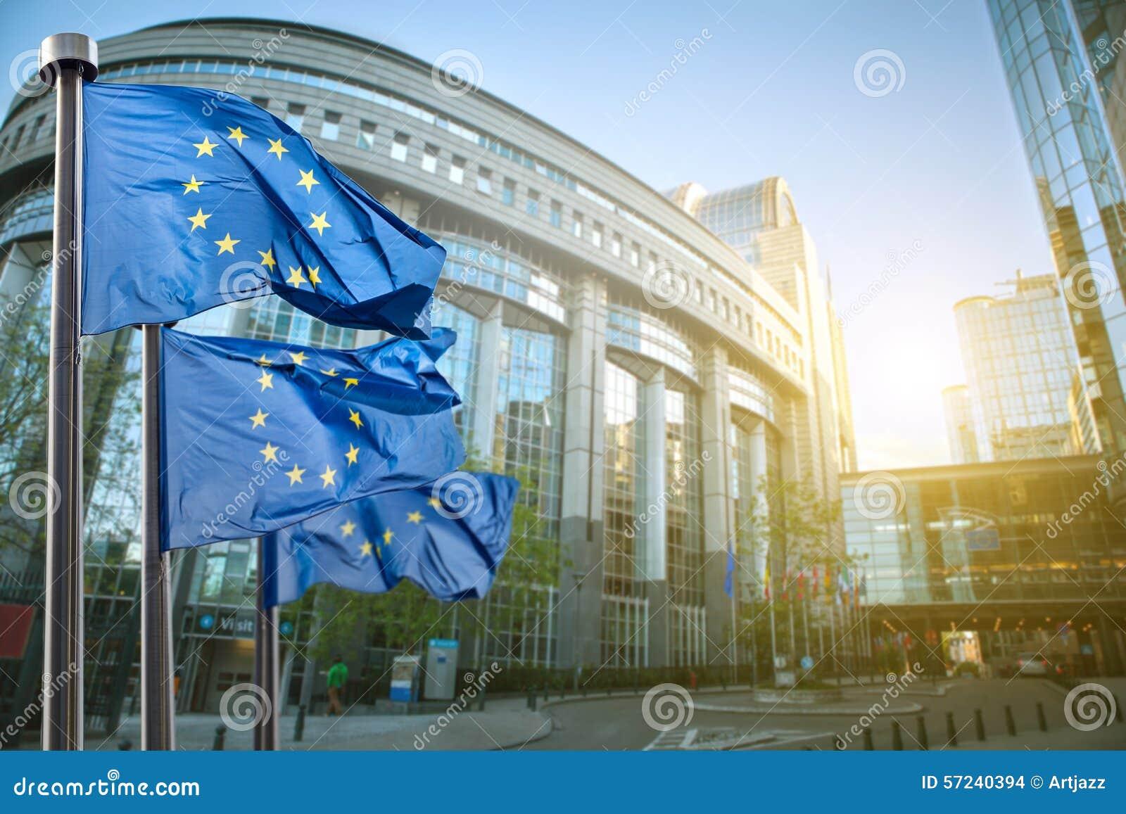 Europeisk facklig flagga mot parlamentet i Bryssel