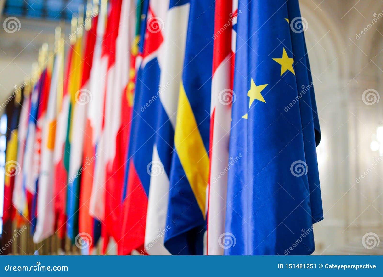 Europeiska flaggor en för fackmedlemtillstånd bredvid andra