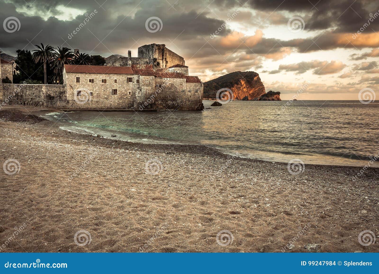 Europeiskt gränsmärkehavsfort med medeltida arkitektur på solnedgångstranden i det Europa landet Montenegro av den Balkan halvön