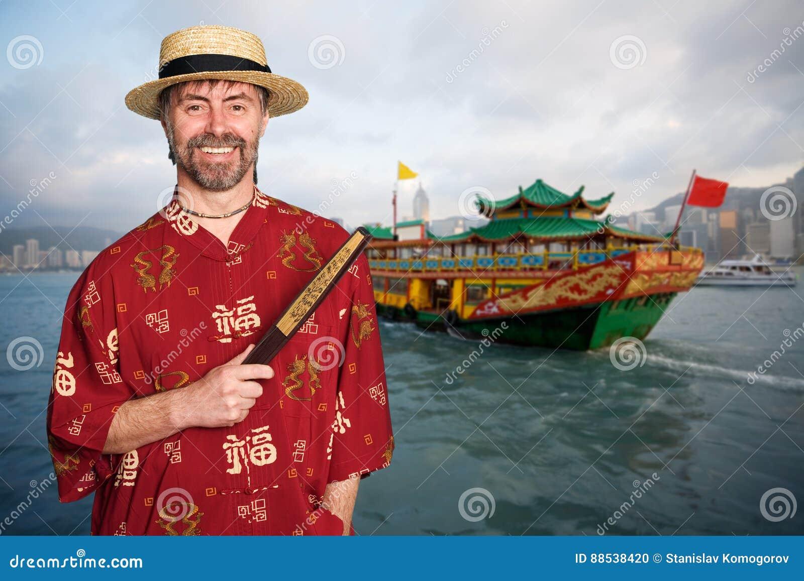 Europese mens in traditioneel Chinees kostuum in Hong Kong