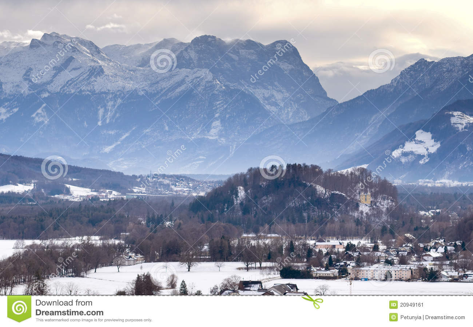 Europese oude stad dichtbij de berg bij de winter