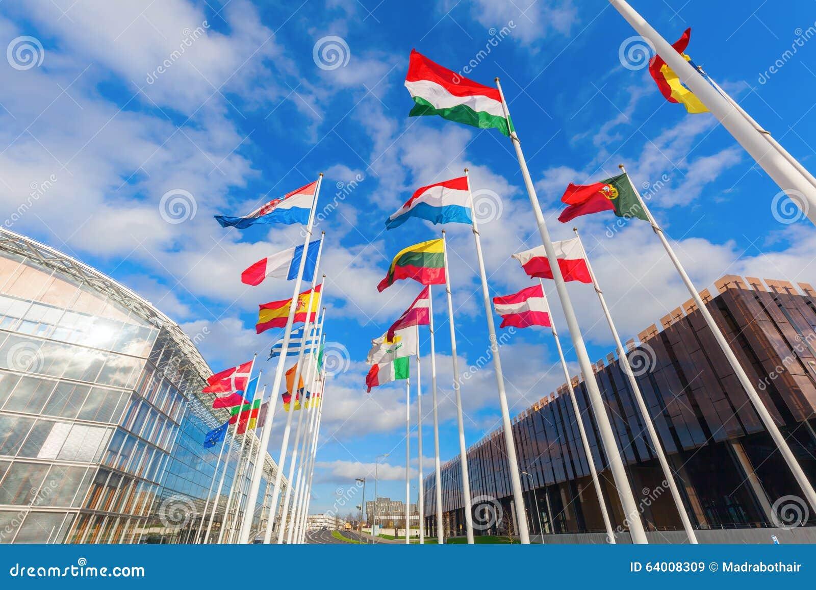 Europese vlaggen op het Plateau van Kirchberg in de Stad van Luxemburg