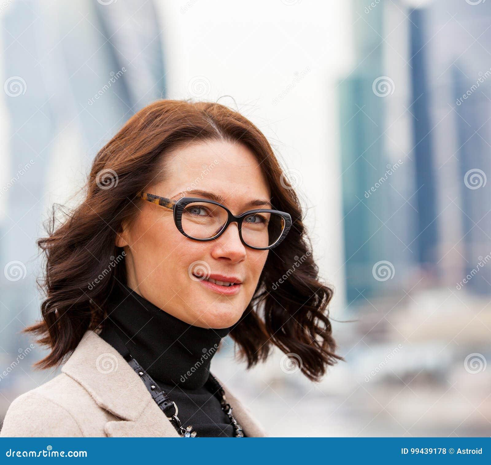 Europese vrouw op middelbare leeftijd met glazen