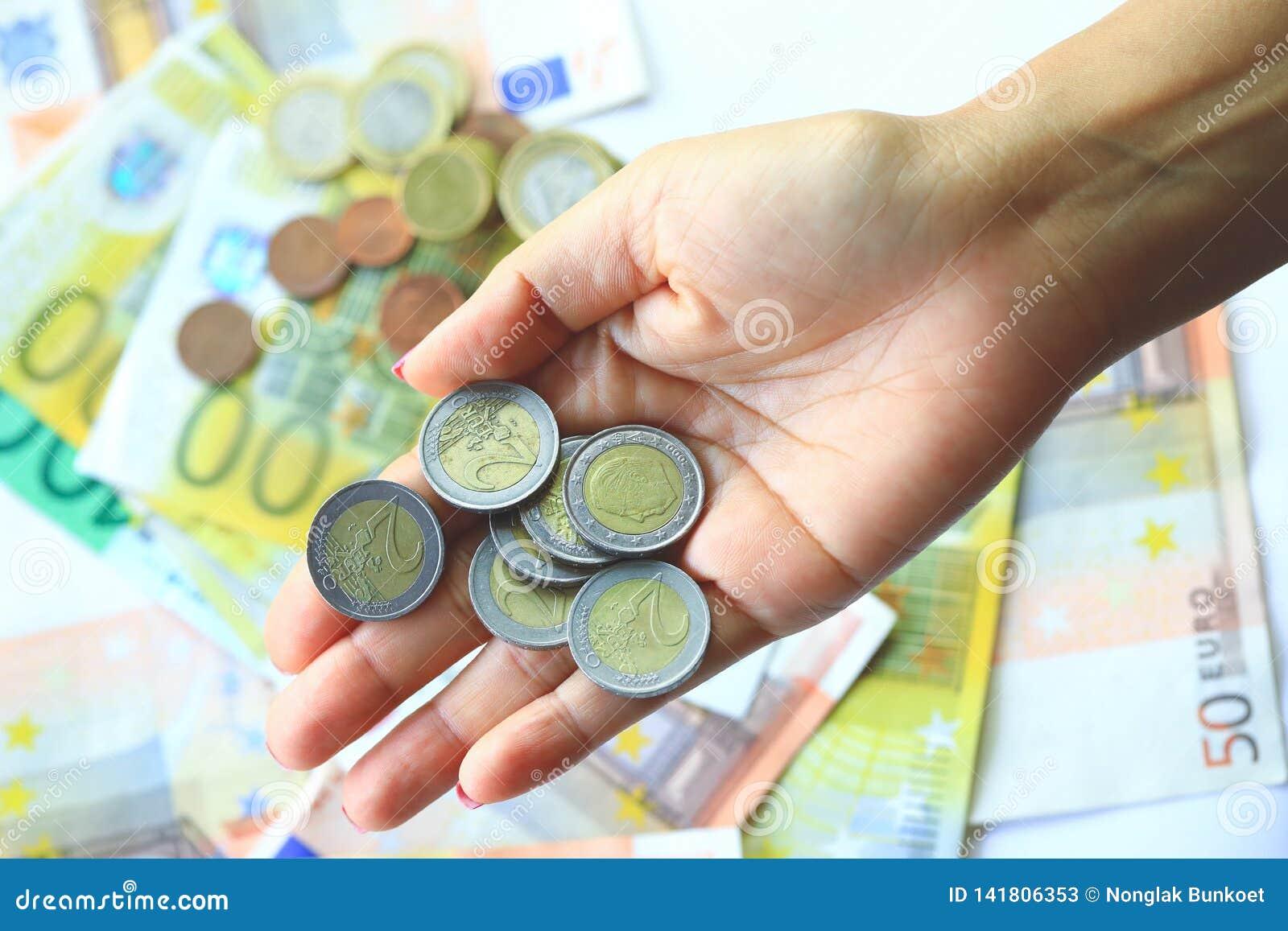 2 euros y billetes de banco del euro en fondo