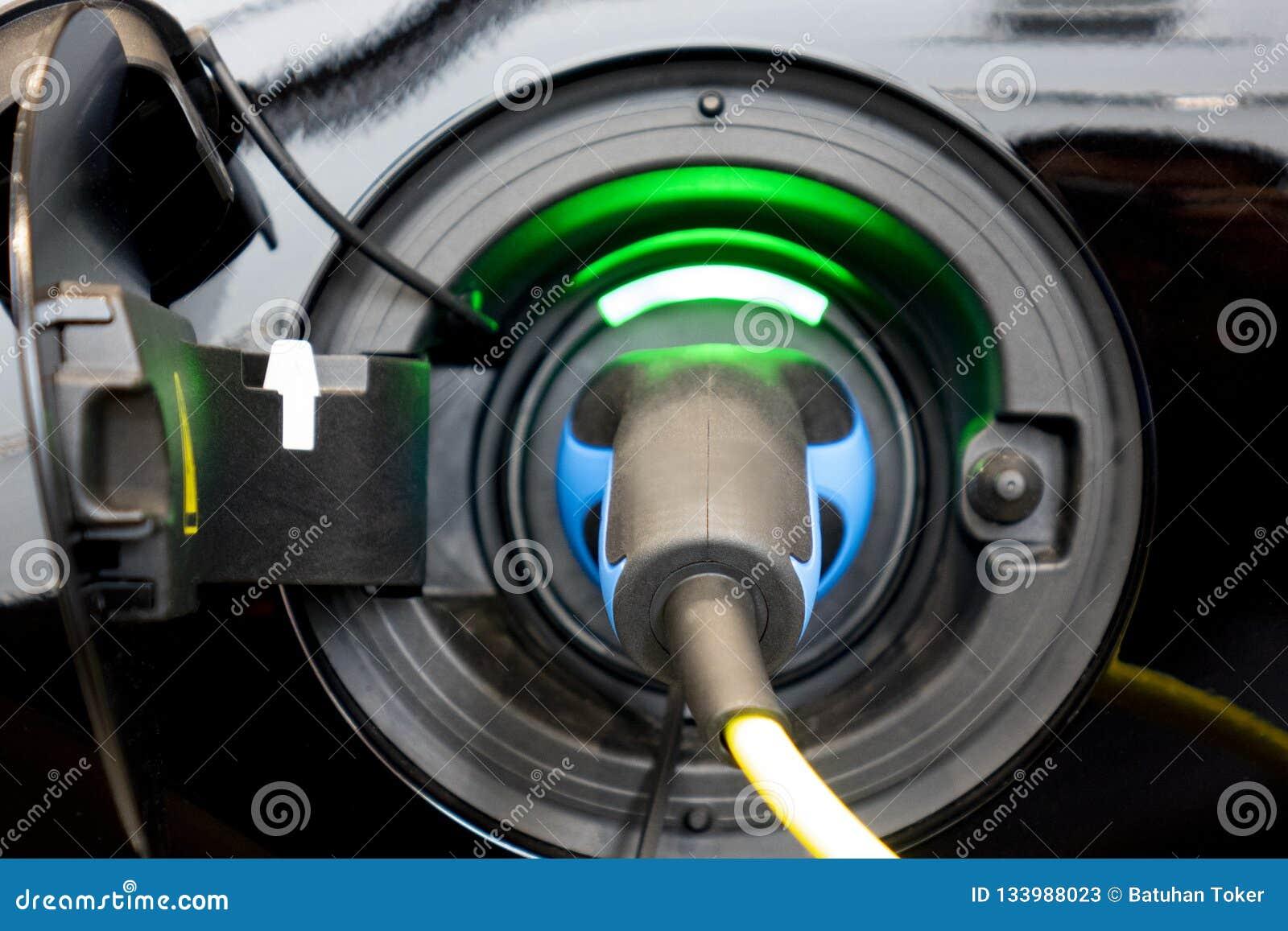EV-Auto oder -Elektroauto an Ladestation mit der Stromkabelversorgung verstopften