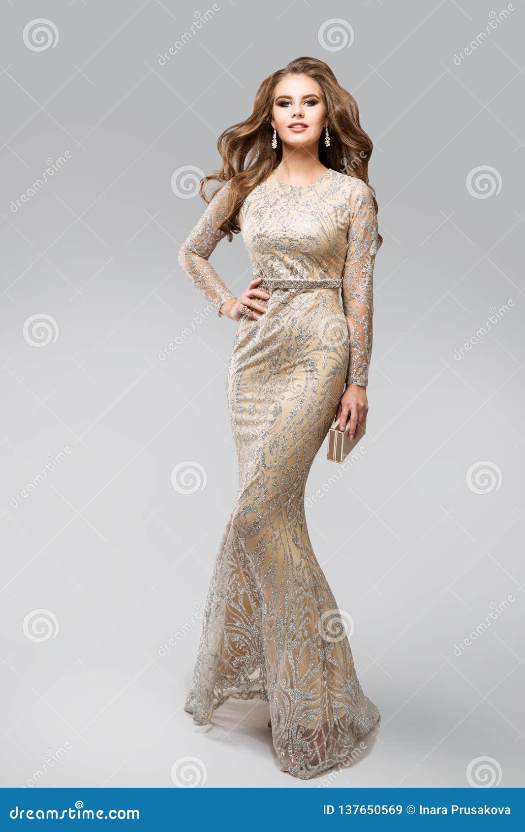Evening Glittering Silver för modemodell klänning, elegant glamourkvinna i brusandekappan, skönhetstudiostående över vit