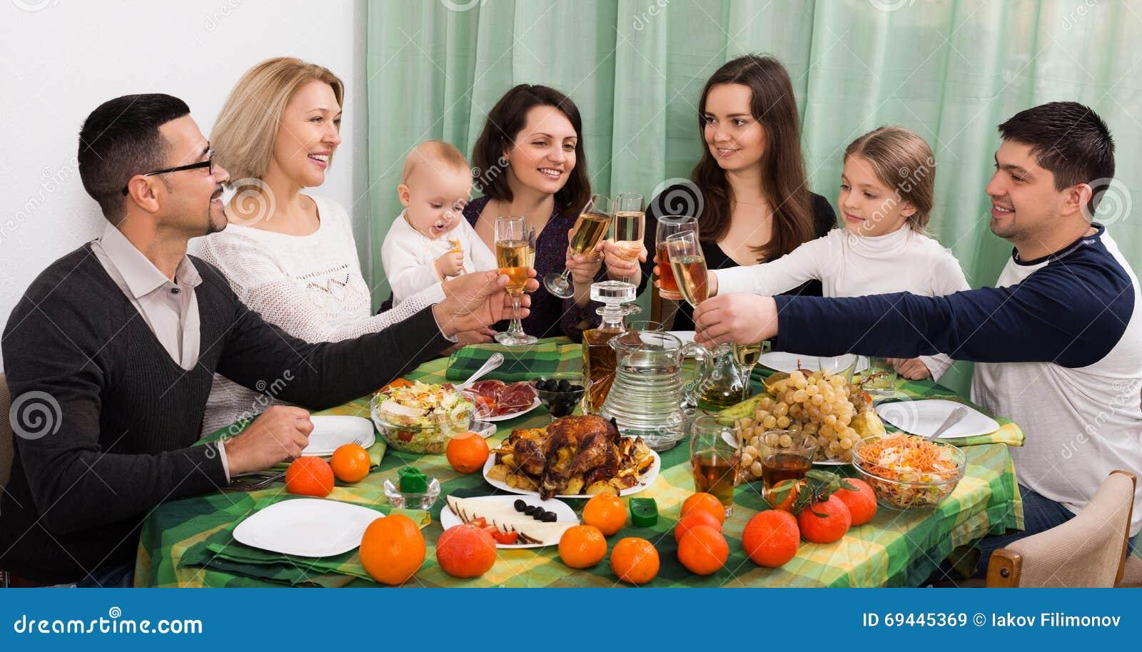 Evento della famiglia alla tavola fotografia stock immagine 69445369 - Alla tavola della longevita ...