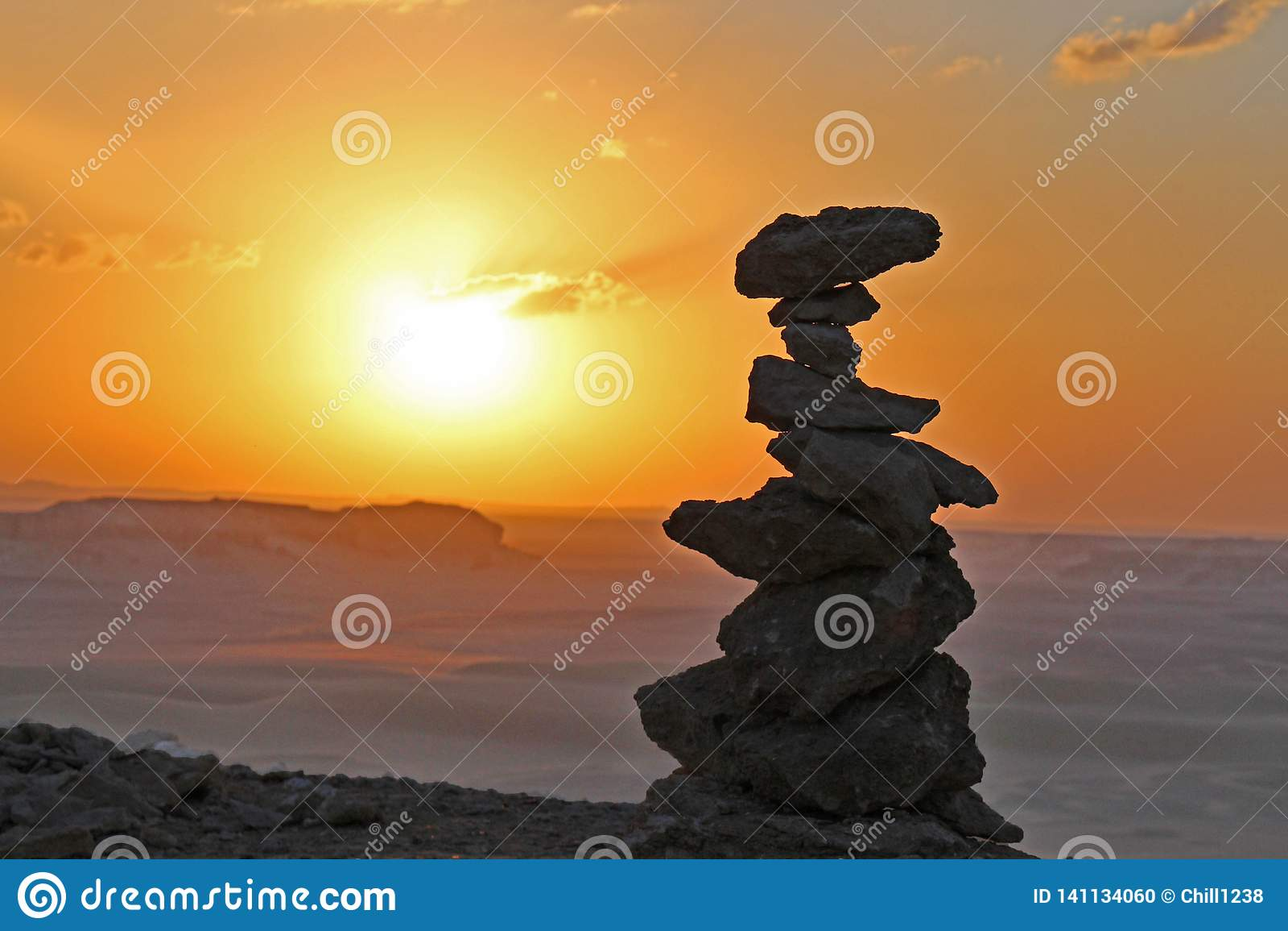 In evenwicht brengende stenen in de Faiyum-woestijn