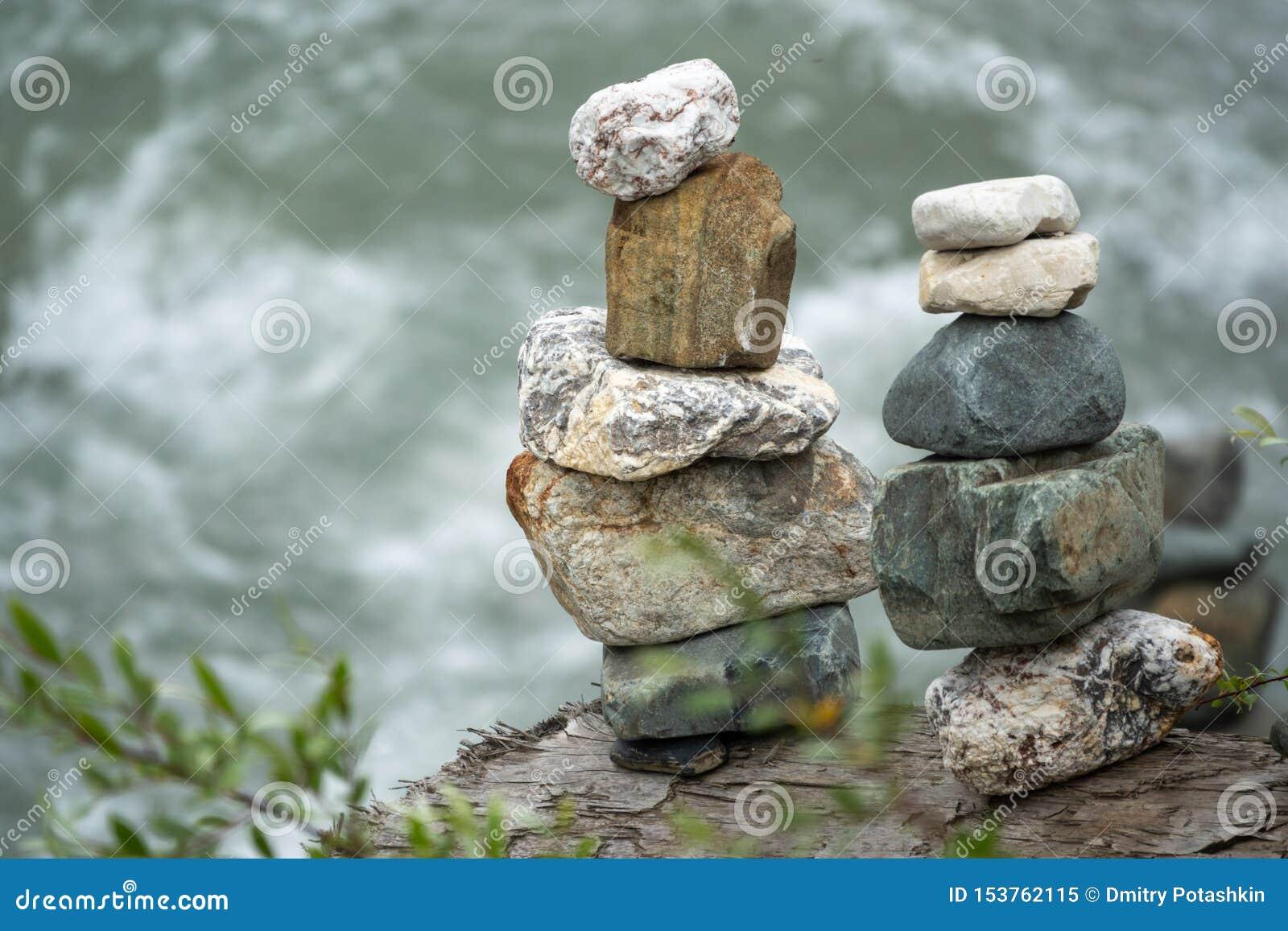In evenwicht brengende stenen in evenwicht tegen de achtergrond van een bergrivier