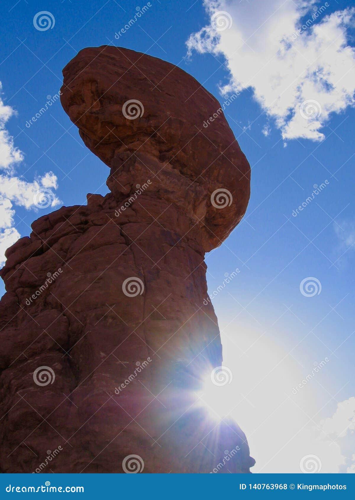 Evenwichtige Rots in Bogen Nationaal Park, Utah, de Verenigde Staten van Amerika Blauwe hemel en zonnige recente middag