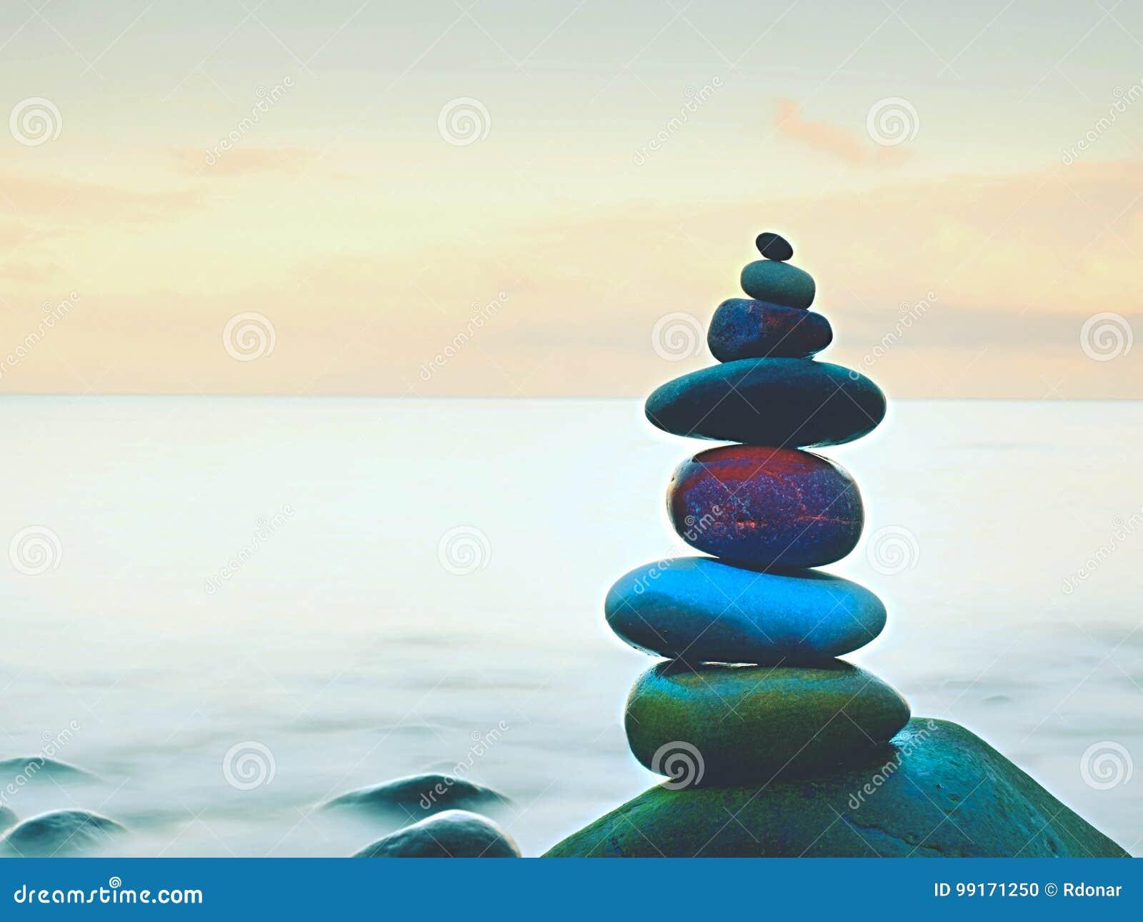 Evenwichtige stenen zen stack voor vlotte oceaan een kalmerende