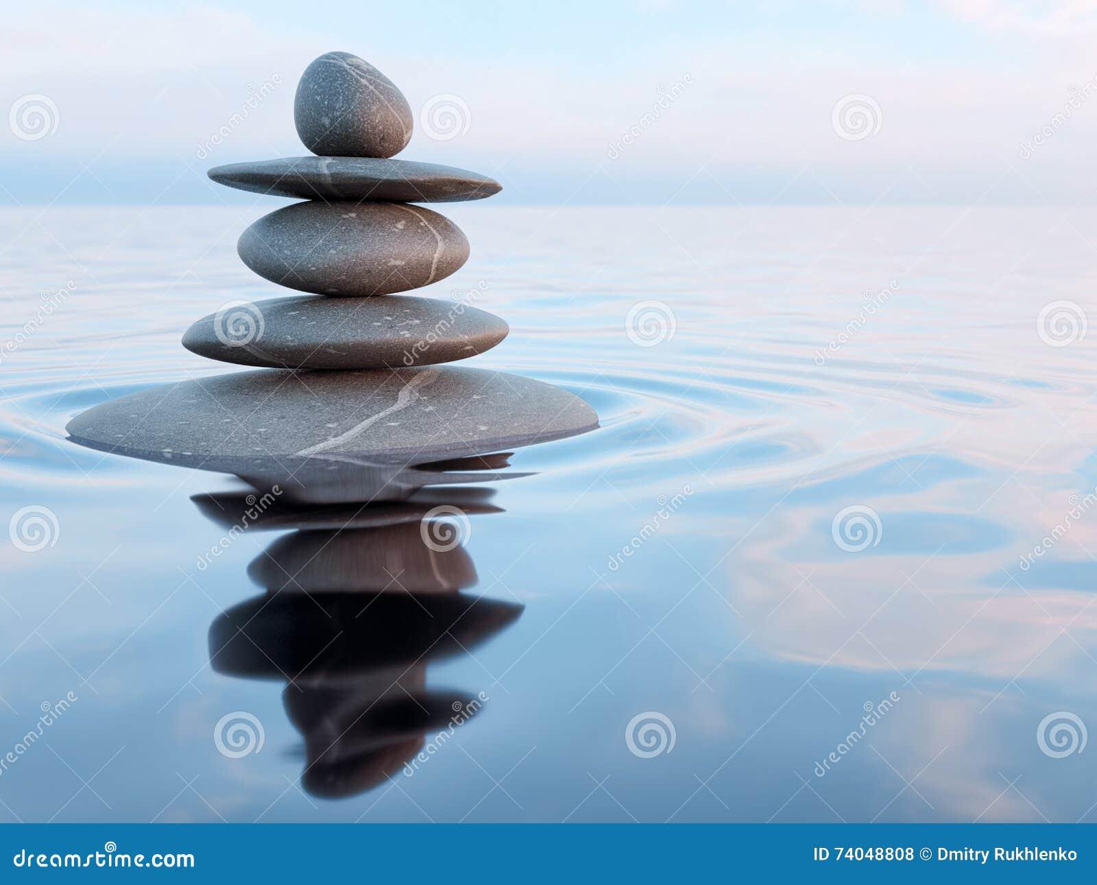 Evenwichtige Zen-stenen in water