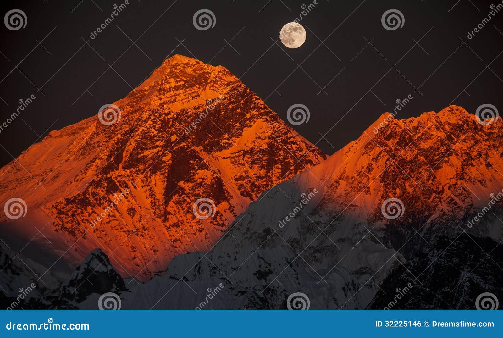 Download Everest Máximo Em Um Por Do Sol Em Uma Lua Cheia. Foto de Stock - Imagem de mágica, possibilidade: 32225146