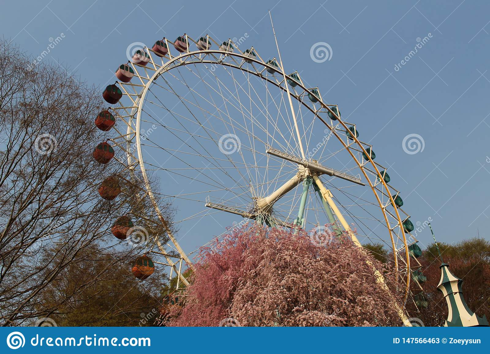 An old ferris wheel in Everland park