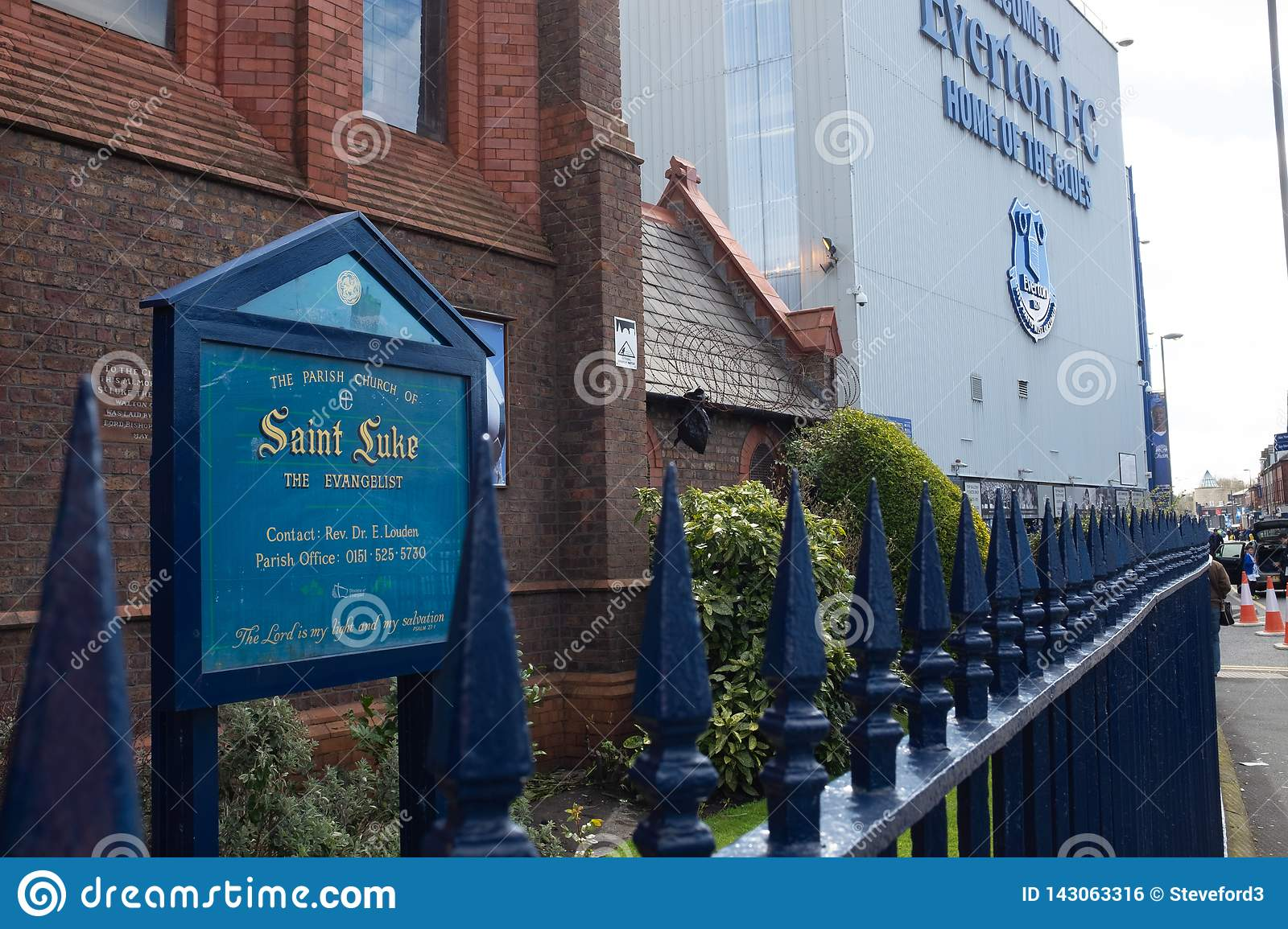 Everton, Liverpool, Reino Unido, abril, 17, 2016: La iglesia de St Luke al lado de Everton Football Club, estadio del parque de G