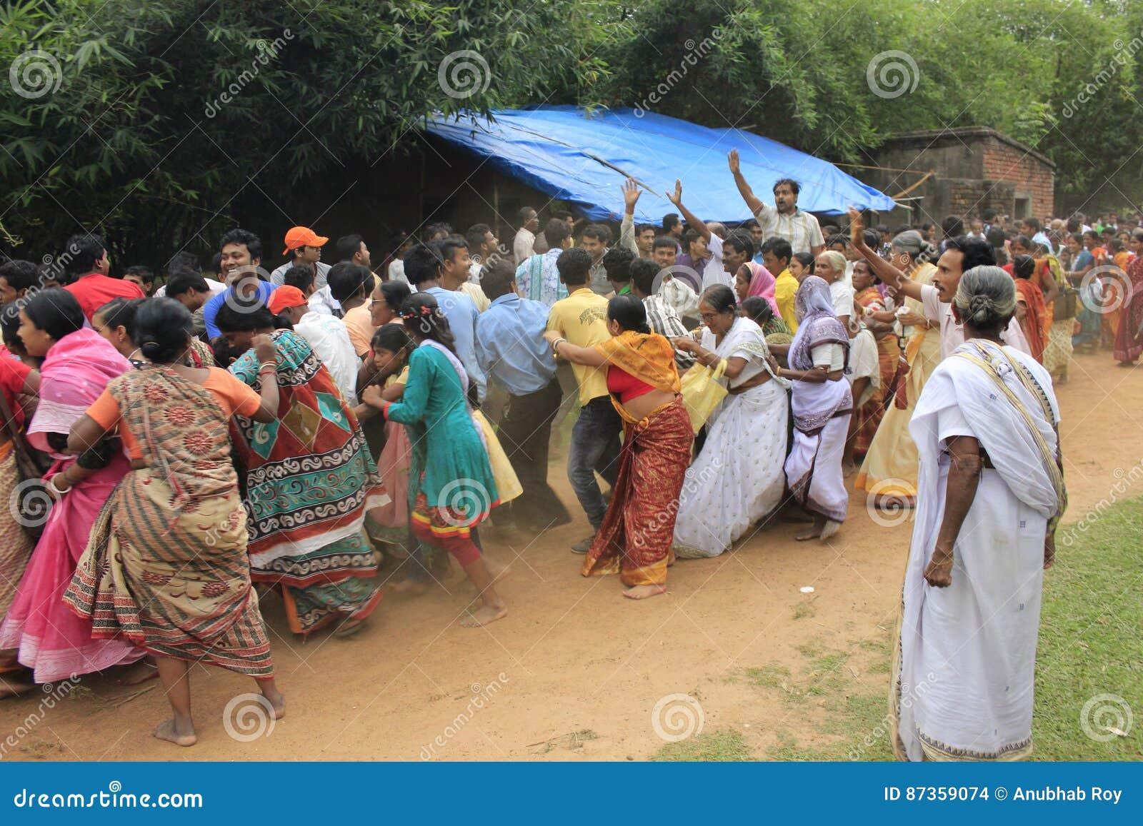 Everyone w tłumu jest chętny dotykać arkanę tempo dostawać błogosławieństwo bóg