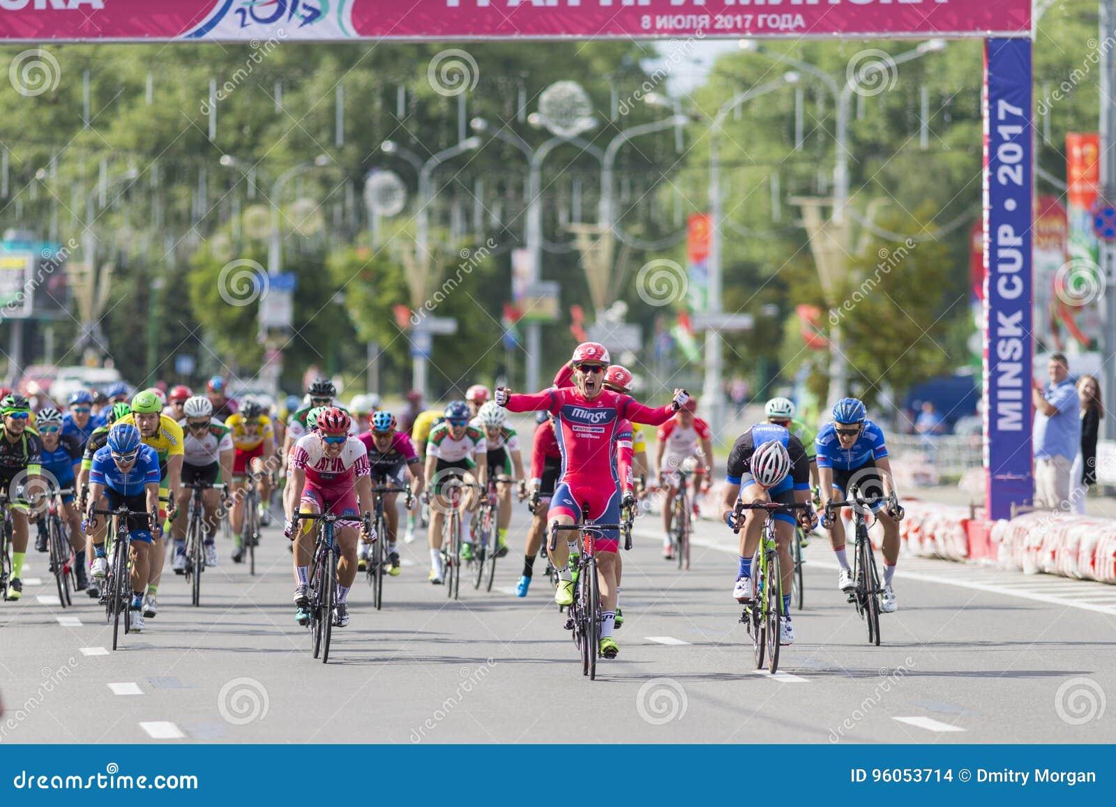 Evgeny Korolek du Belarus croisant la ligne d arrivée devant le Peloton pendant la concurrence de recyclage de route internationa