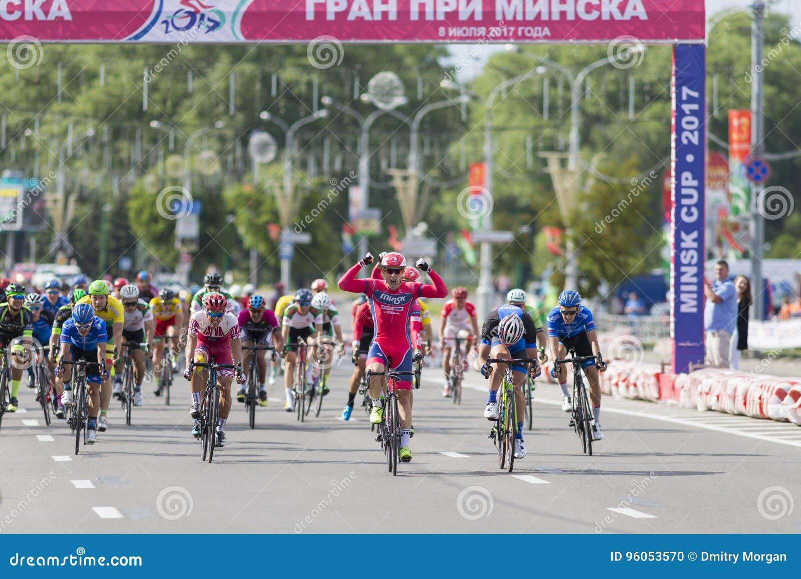 Evgeny Korolek du Belarus croisant la ligne d arrivée devant le Peloton pendant la concurrence de recyclage Grand prix de route i