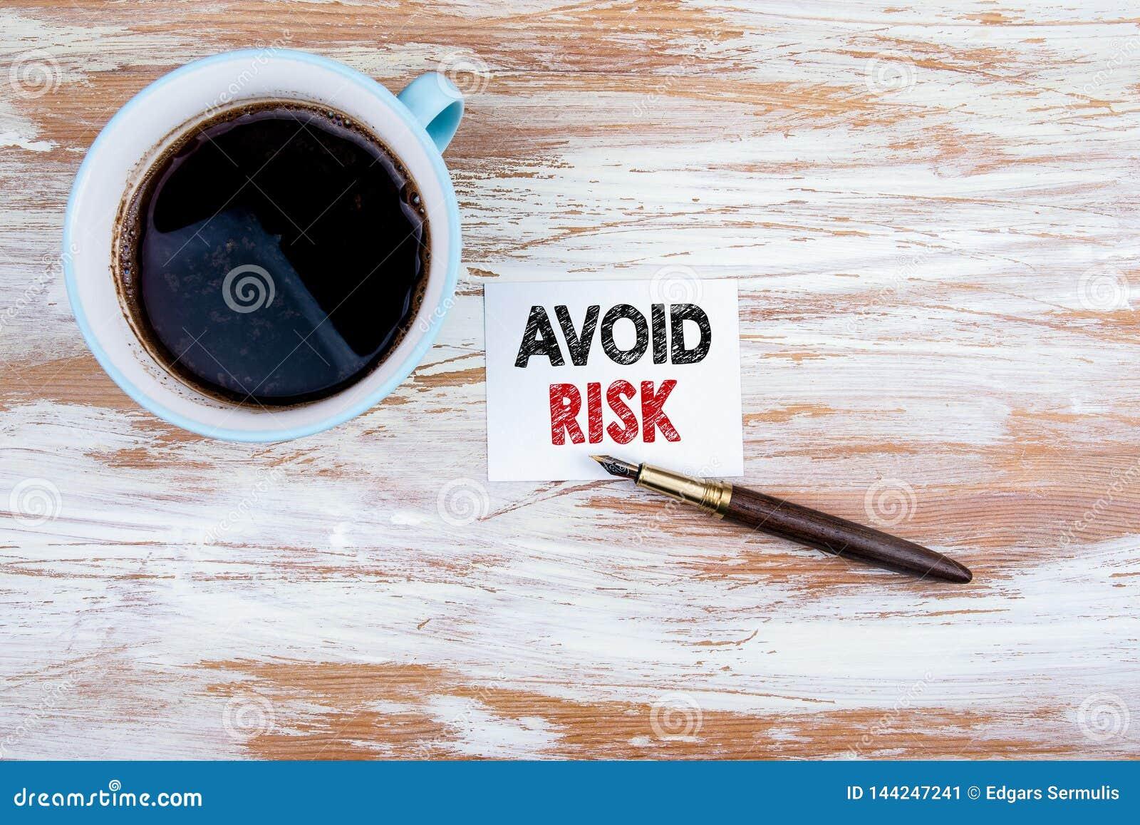 Evite el concepto del riesgo Letra y pluma de papel