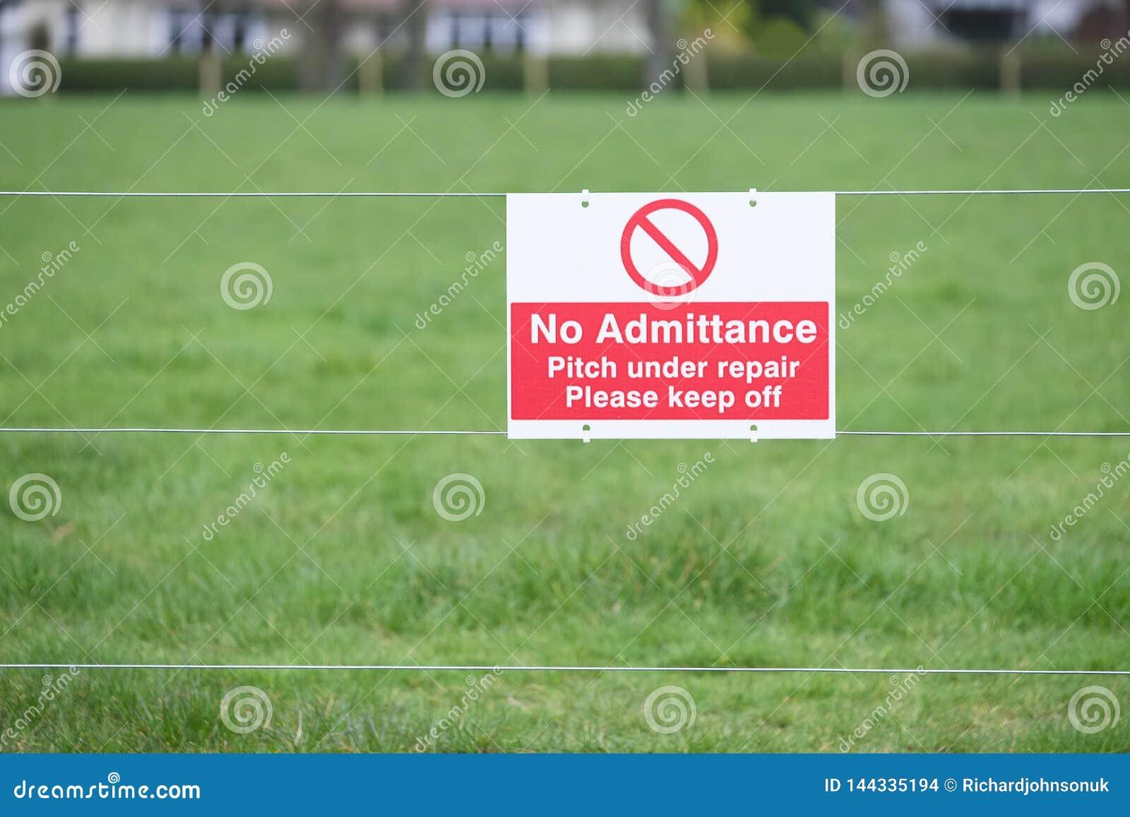 Evite por favor la echada de la hierba de los deportes bajo muestra de la reparaci?n
